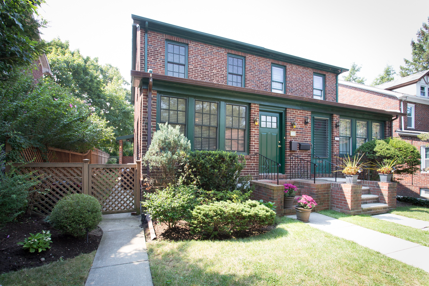 "Moradia para Venda às ""SUPERB SEMI-ATTACHED"" 75-58 Kessel Street, Forest Hills, Nova York 11375 Estados Unidos"