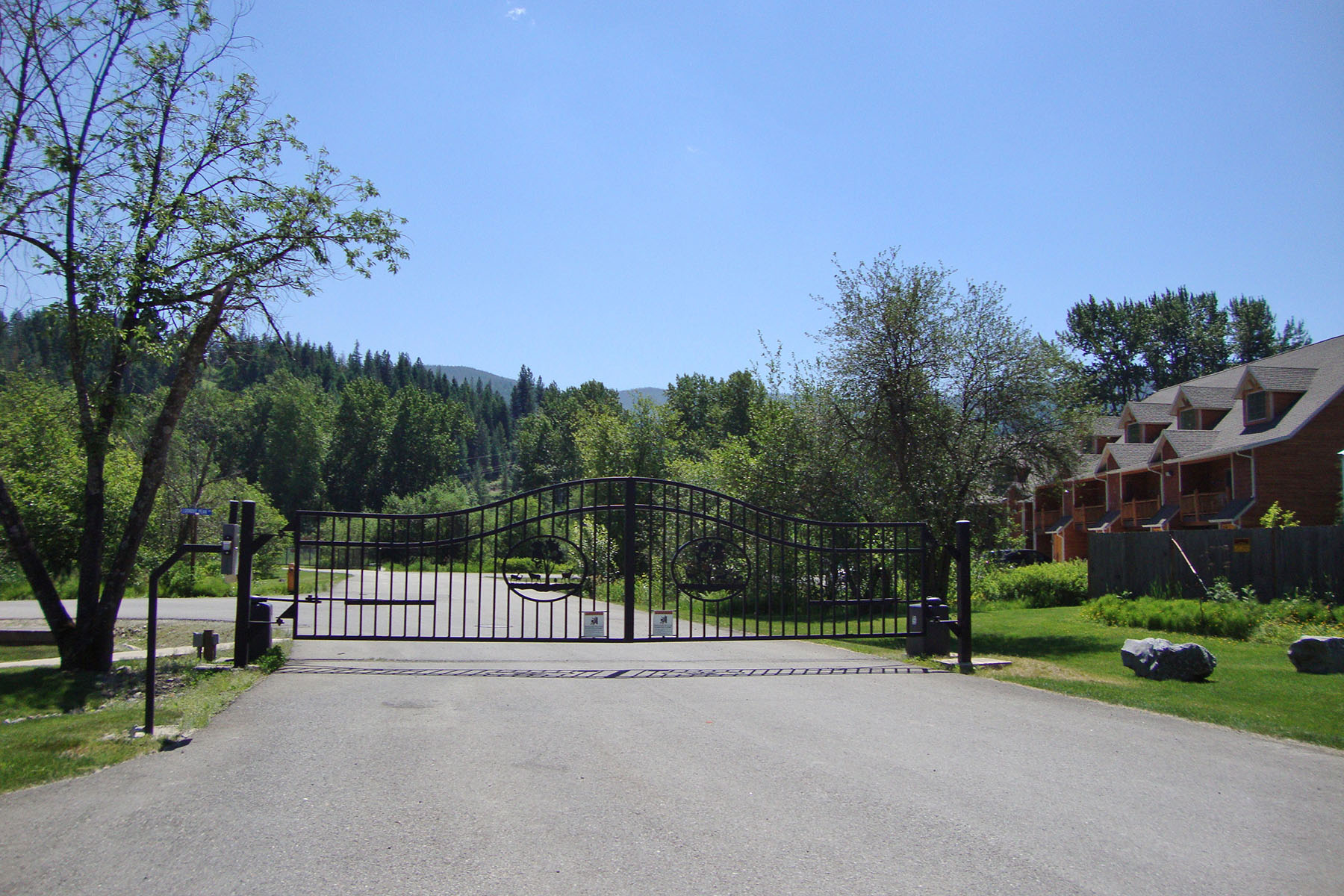 Nhà ở một gia đình vì Bán tại Silver Creek Condos 4 Elsie Peak Ct B4 Pinehurst, Idaho 83850 Hoa Kỳ