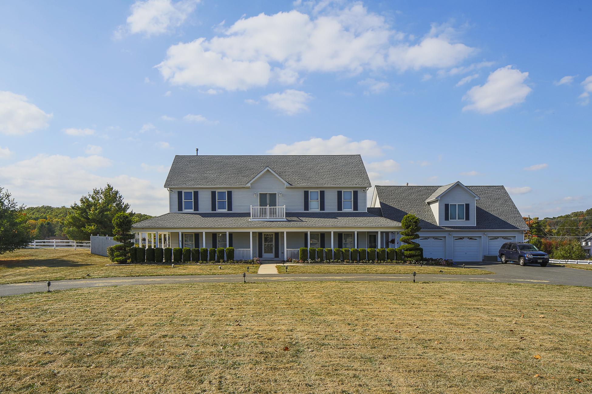 独户住宅 为 销售 在 Loads of Space And Plenty Of Potential! - Franklin Township 2 Golf View Drive Princeton, 新泽西州 08540 美国