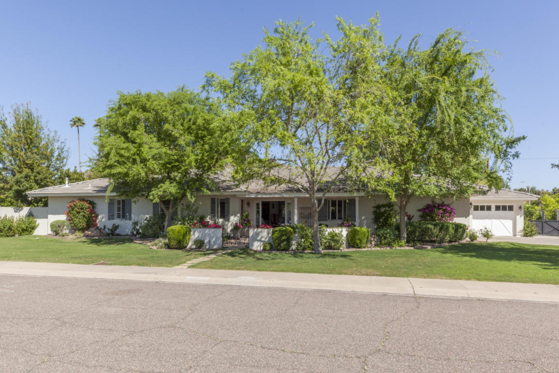 Maison unifamiliale pour l Vente à Quintessential Arcadia charm in this wonderful five bedroom home. 6140 E Calle Del Sud Scottsdale, Arizona 85251 États-Unis