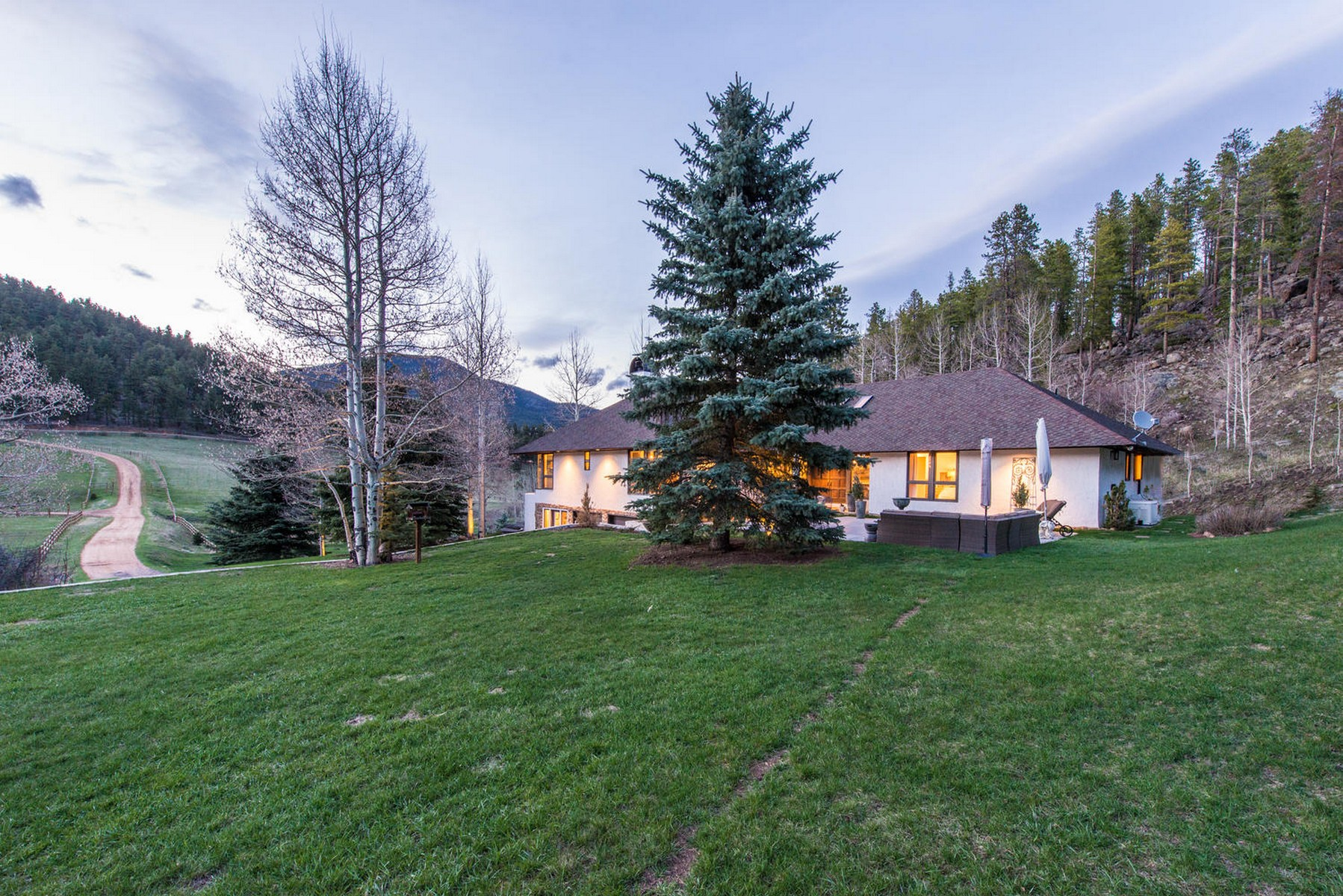 Casa Unifamiliar por un Venta en Whispering Creek Estate 924 Yankee Creek Road Evergreen, Colorado, 80439 Estados Unidos