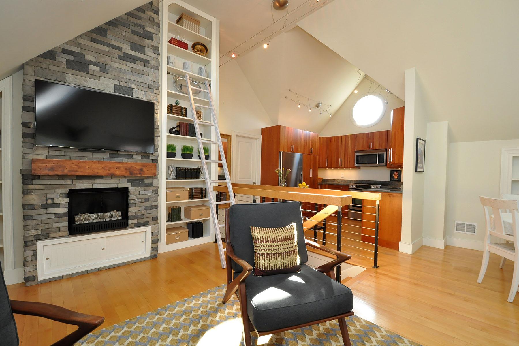 Condominio per Vendita alle ore Savin Hill Upper Duplex 34 Sagamore Street Unit 2 Boston, Massachusetts 02125 Stati Uniti