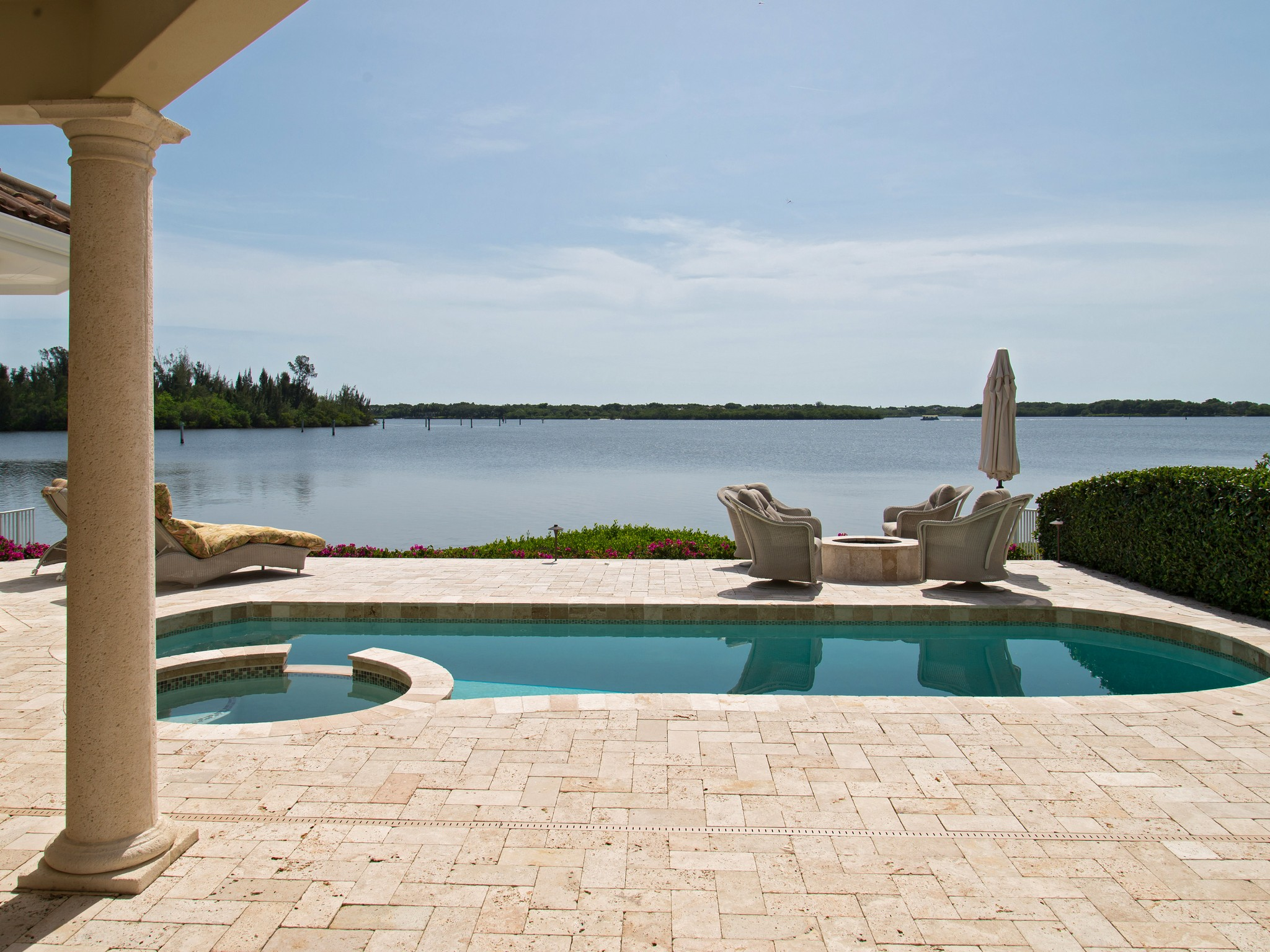 独户住宅 为 销售 在 Riverfront Masterpiece 5560 E. Harbor Village Drive Vero Beach, 佛罗里达州 32967 美国