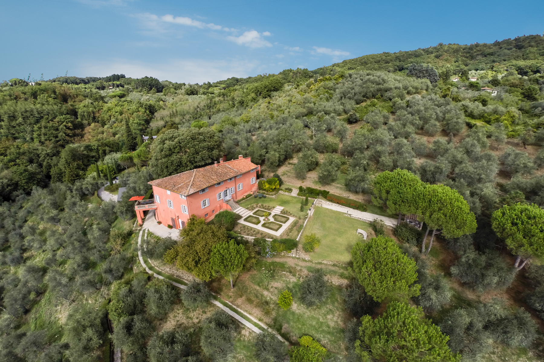 Additional photo for property listing at Exceptional property whitin its olive grove Lucca, Lucca Italie