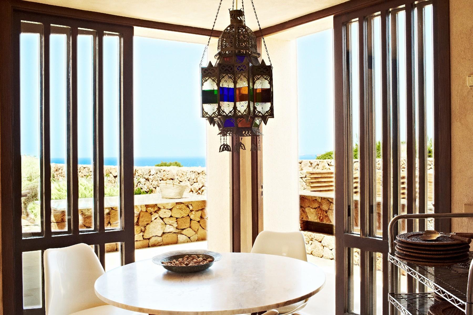 Property Of Villa in erster Meereslinie in Calo D´en Real