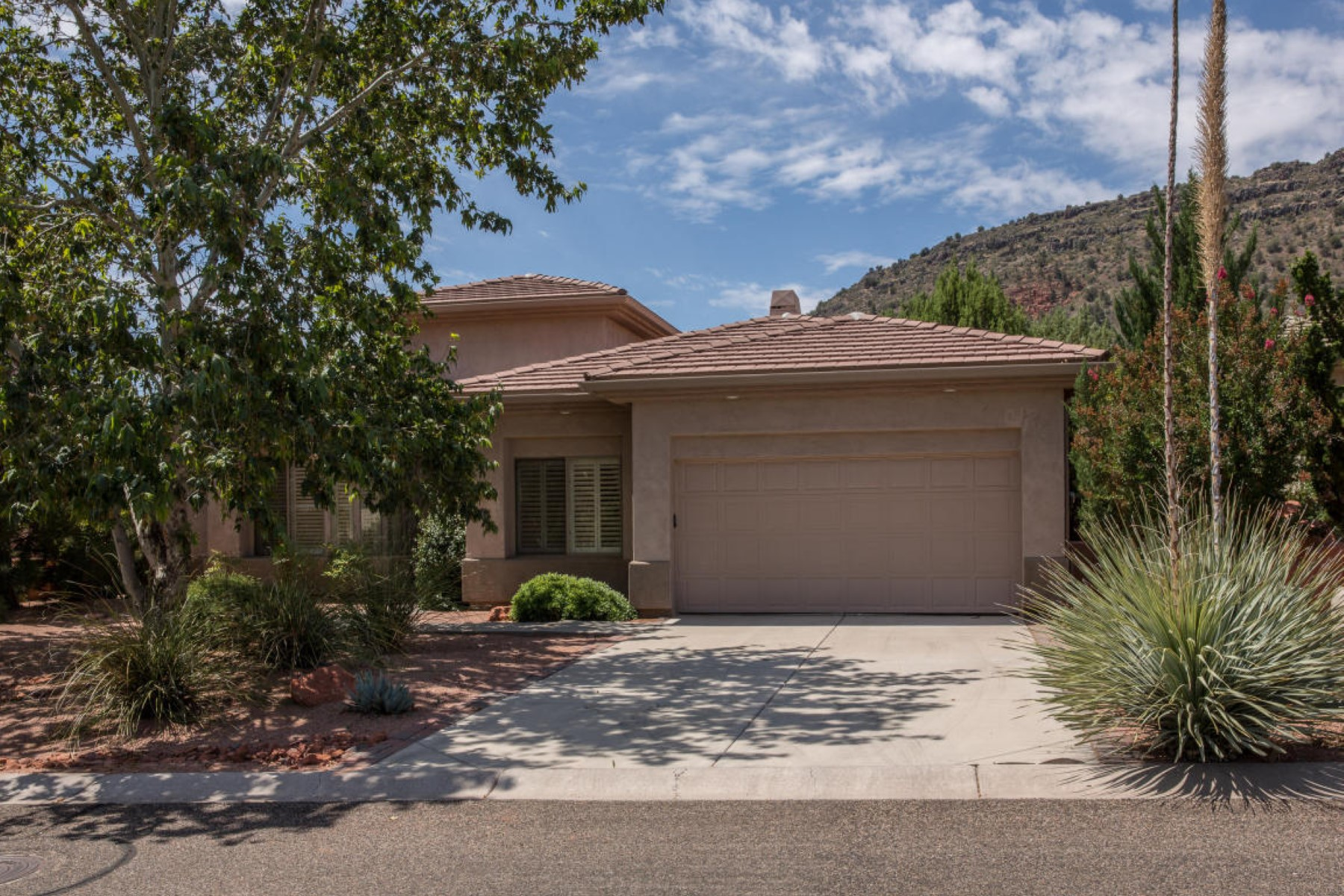 Single Family Home for Sale at This spacious elegant home is in a great location in the Sedona AZ Golf Resort. 1420 Crown Ridge RD Sedona, Arizona 86351 United States