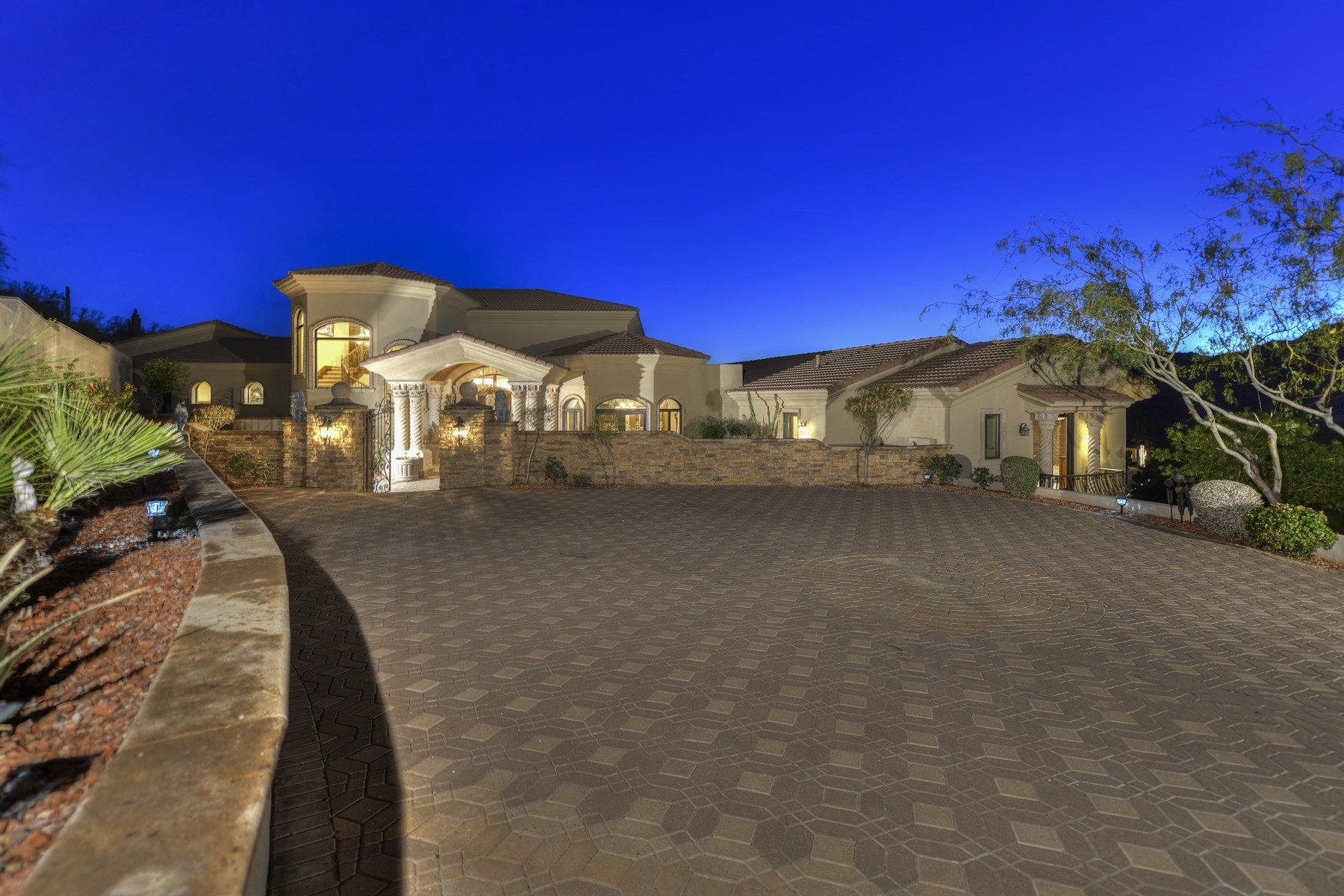 Moradia para Venda às European-Inspired Private Hillside Estate with Sweeping Twinkling City Light Vie 7024 N Longlook Rd Paradise Valley, Arizona, 85253 Estados Unidos