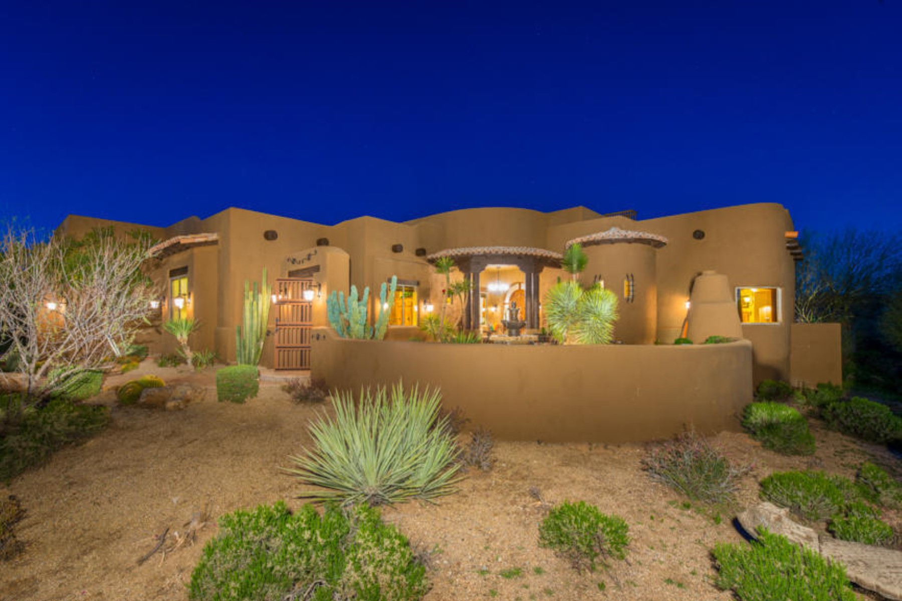 Casa Unifamiliar por un Venta en Stunning Custom Home On 1.27 Acres With Beautiful Mountain, City & Desert Views 37935 N Boulder View Drive Scottsdale, Arizona 85262 Estados Unidos