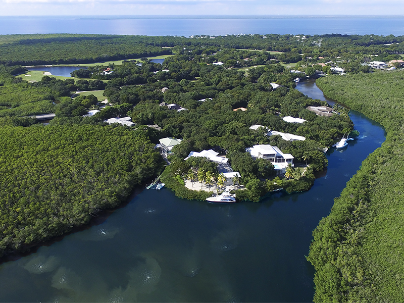 Maison unifamiliale pour l Vente à Waterfront Home at Ocean Reef Offers Wide Canalfront Views 15 North Bridge Lane Ocean Reef Community, Key Largo, Florida, 33037 États-Unis