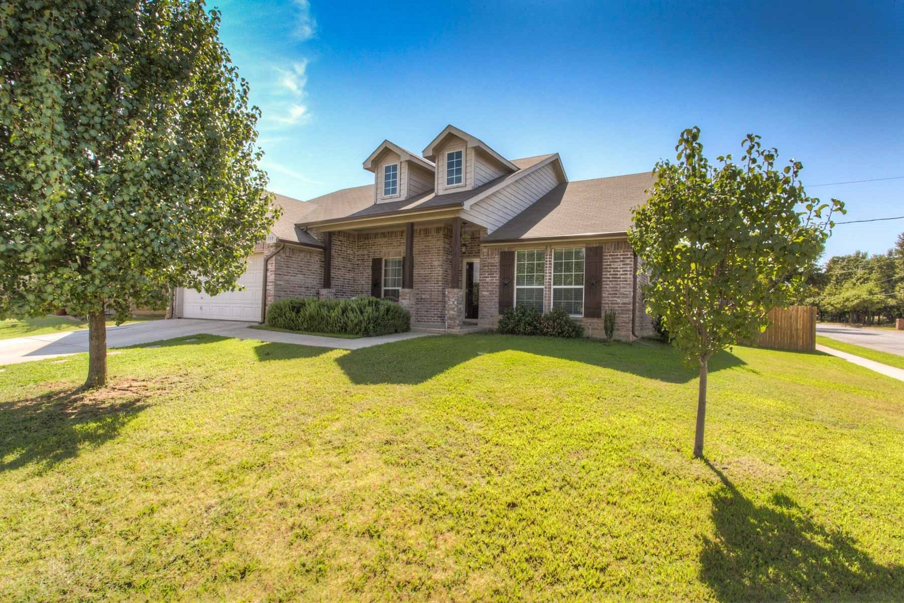 Villa per Vendita alle ore Urban Azle Living on Corner Lot 739 Tracy Drive Azle, Texas, 76020 Stati Uniti