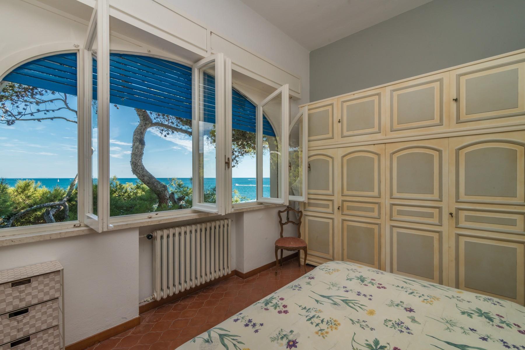 Additional photo for property listing at Villa with private garden and pieds dan l'eau Via Carpanini Lerici, La Spezia 19032 Italy