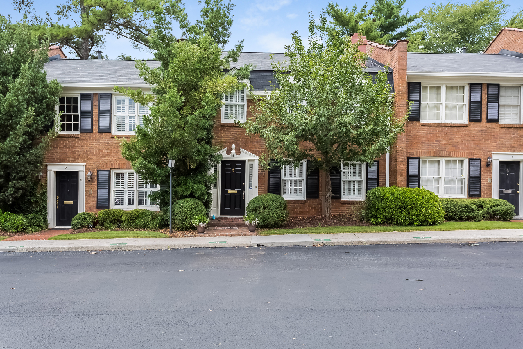 多棟聯建住宅 為 出售 在 North Buckhead Spacious Townhome 4620 Wieuca Road NE Unit 8 Atlanta, 喬治亞州, 30342 美國