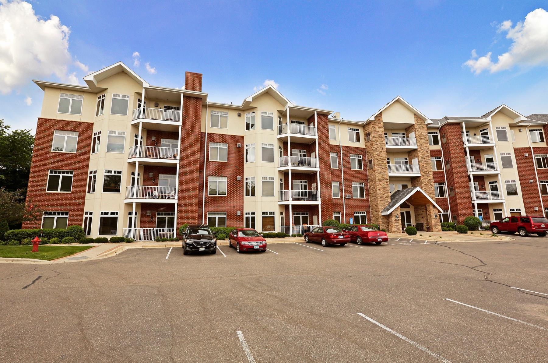 Condominio per Vendita alle ore 1776 Steiger Lake Lane #305 Victoria, Minnesota 55386 Stati Uniti