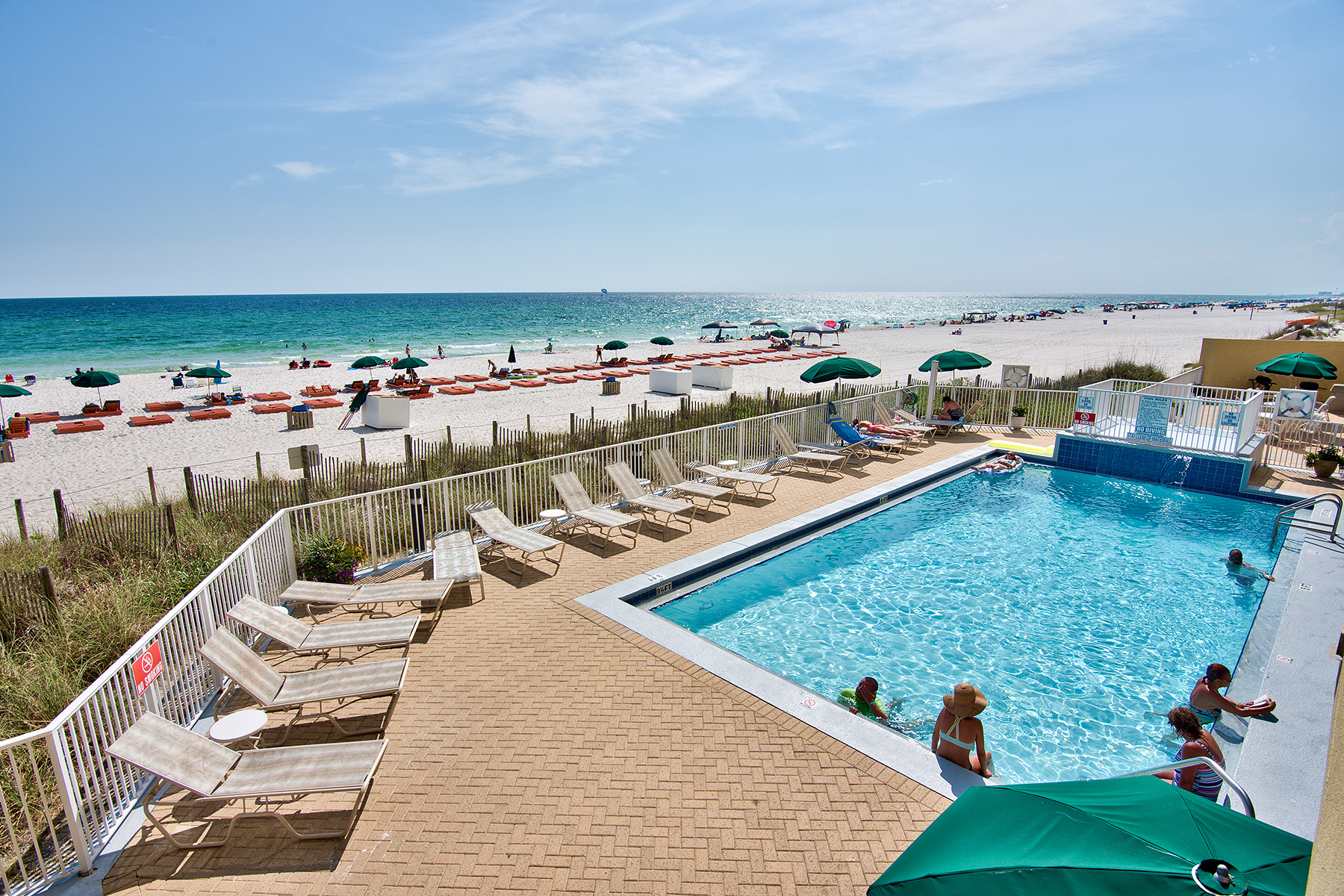 Copropriété pour l Vente à WONDERFUL VIEWS AND INVESTMENT PROPERTY AT EMERALD ISLE 17545 Front Beach Road Unit 405 Panama City Beach, Florida, 32413 États-Unis
