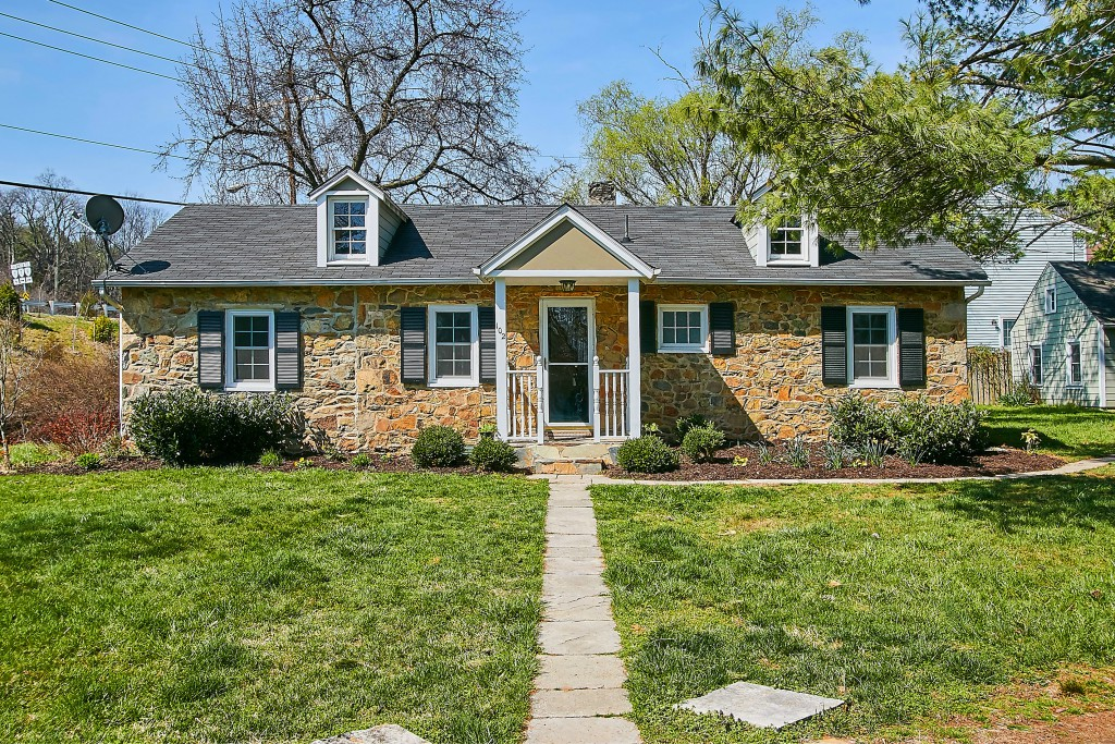 Single Family Home for Sale at Phillips Court 102 Phillips Court NW Leesburg, Virginia, 20176 United States