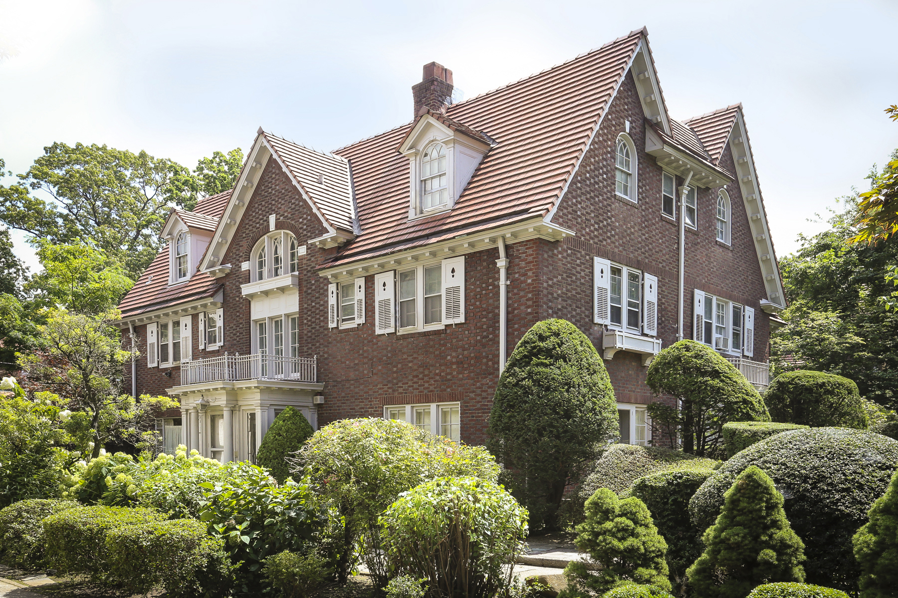 "獨棟家庭住宅 為 出售 在 ""IMPRESSIVE EMBASSY ROW ESTATE"" 140 Greenway North, Forest Hills Gardens, Forest Hills, 紐約州, 11375 美國"