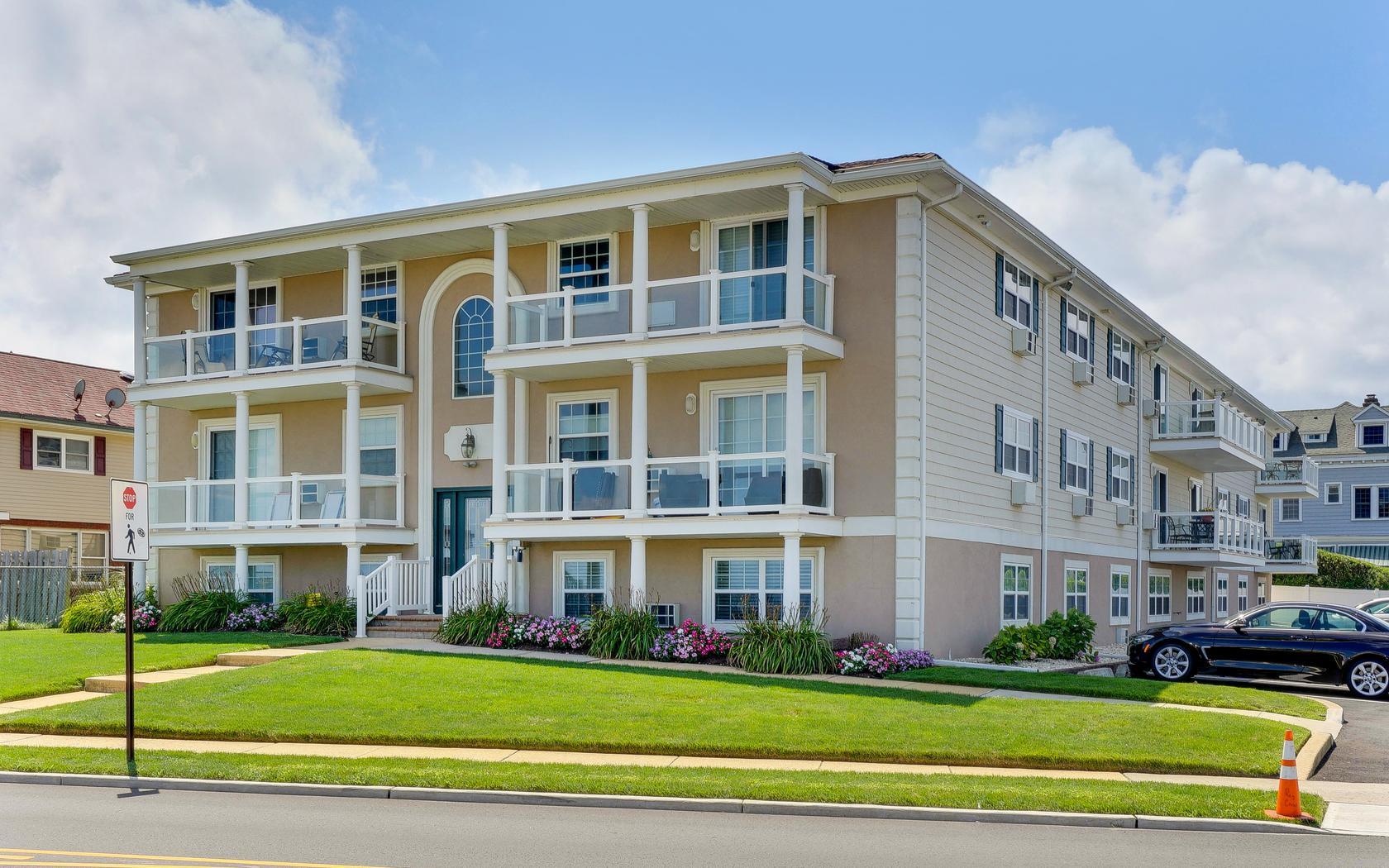 Condominio per Vendita alle ore Residences at Avon! 809 Ocean Ave. Unit 11 Avon, New Jersey, 07717 Stati Uniti