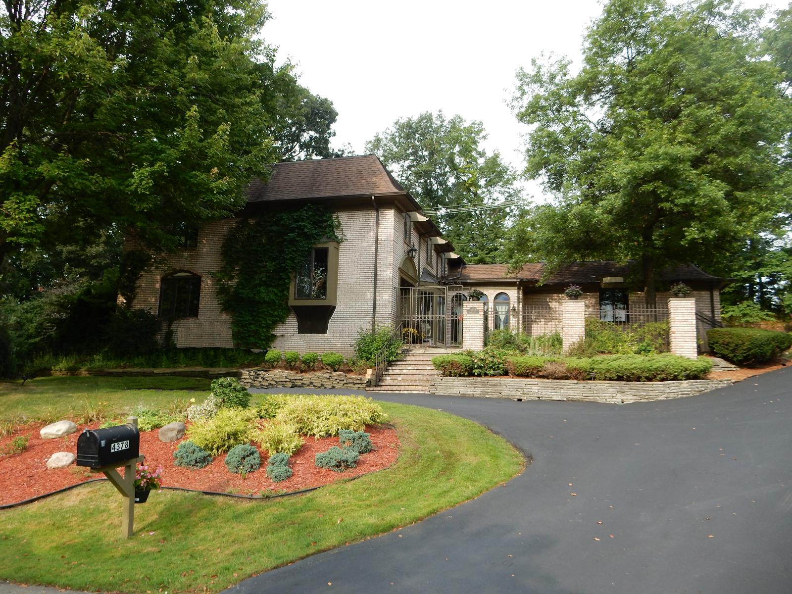 Nhà ở một gia đình vì Bán tại Bloomfield 4378 Compton Way Bloomfield, Michigan 48302 Hoa Kỳ