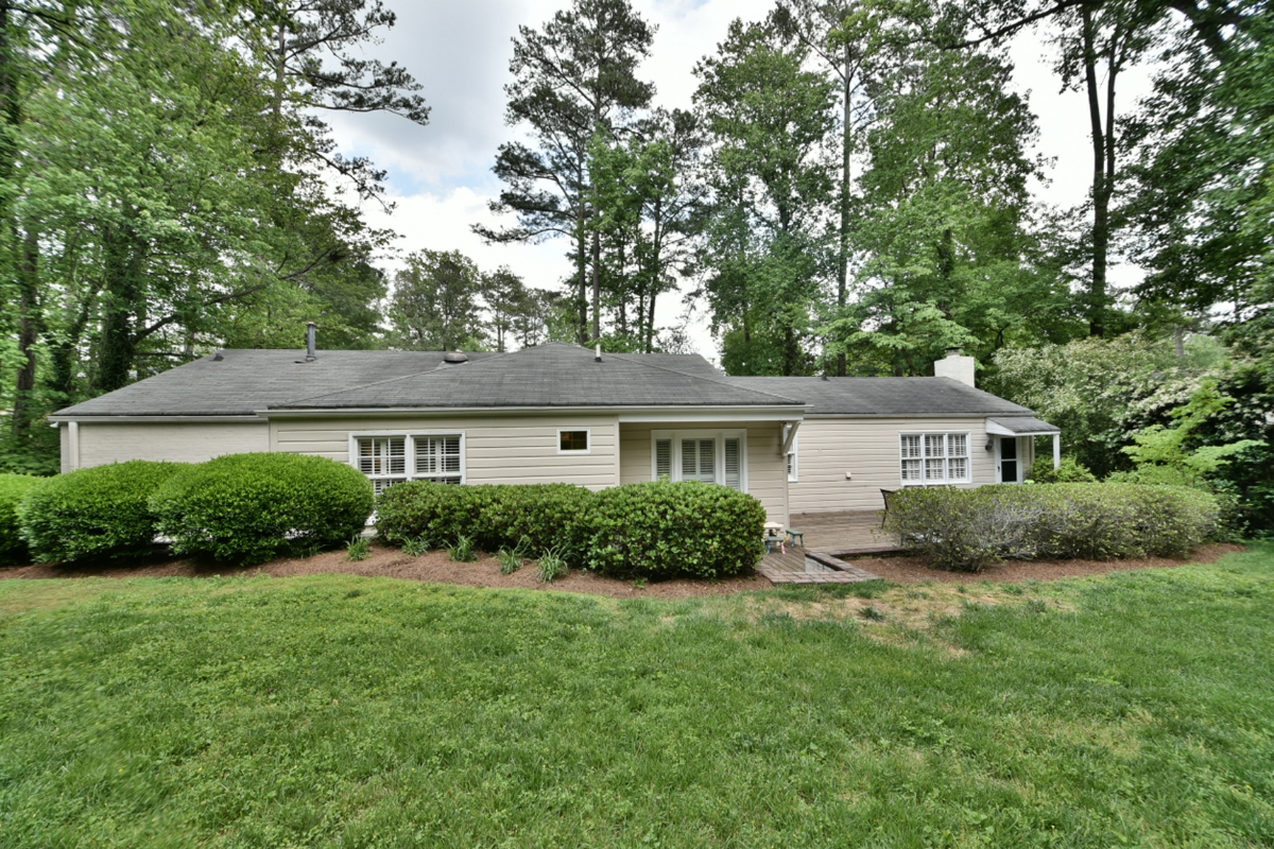 Additional photo for property listing at Charming Ranch With Private Backyard 4530 Dalmer Road Atlanta, Georgia 30342 Estados Unidos