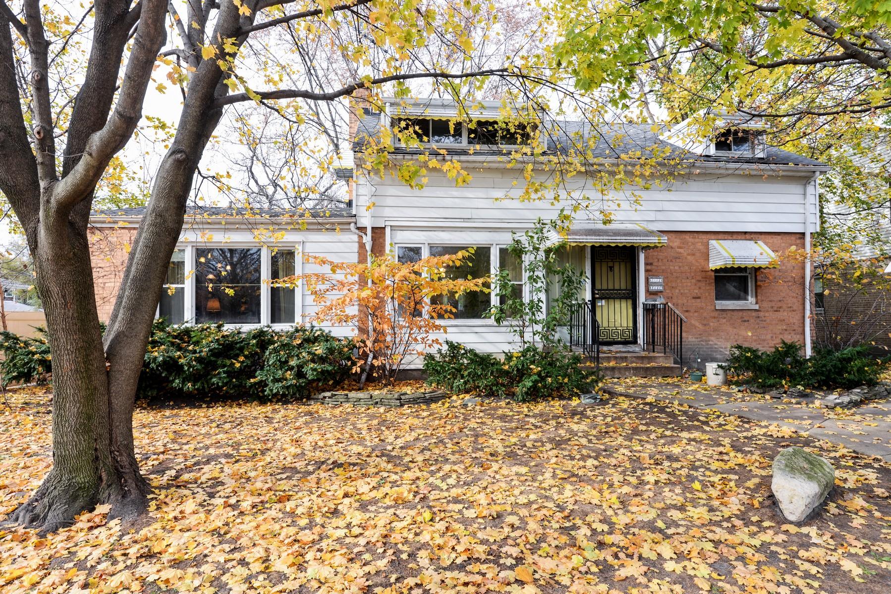 Einfamilienhaus für Verkauf beim Large Skokie Home with Evanston Schools 8640 E Prairie Road Skokie, Illinois, 60076 Vereinigte Staaten