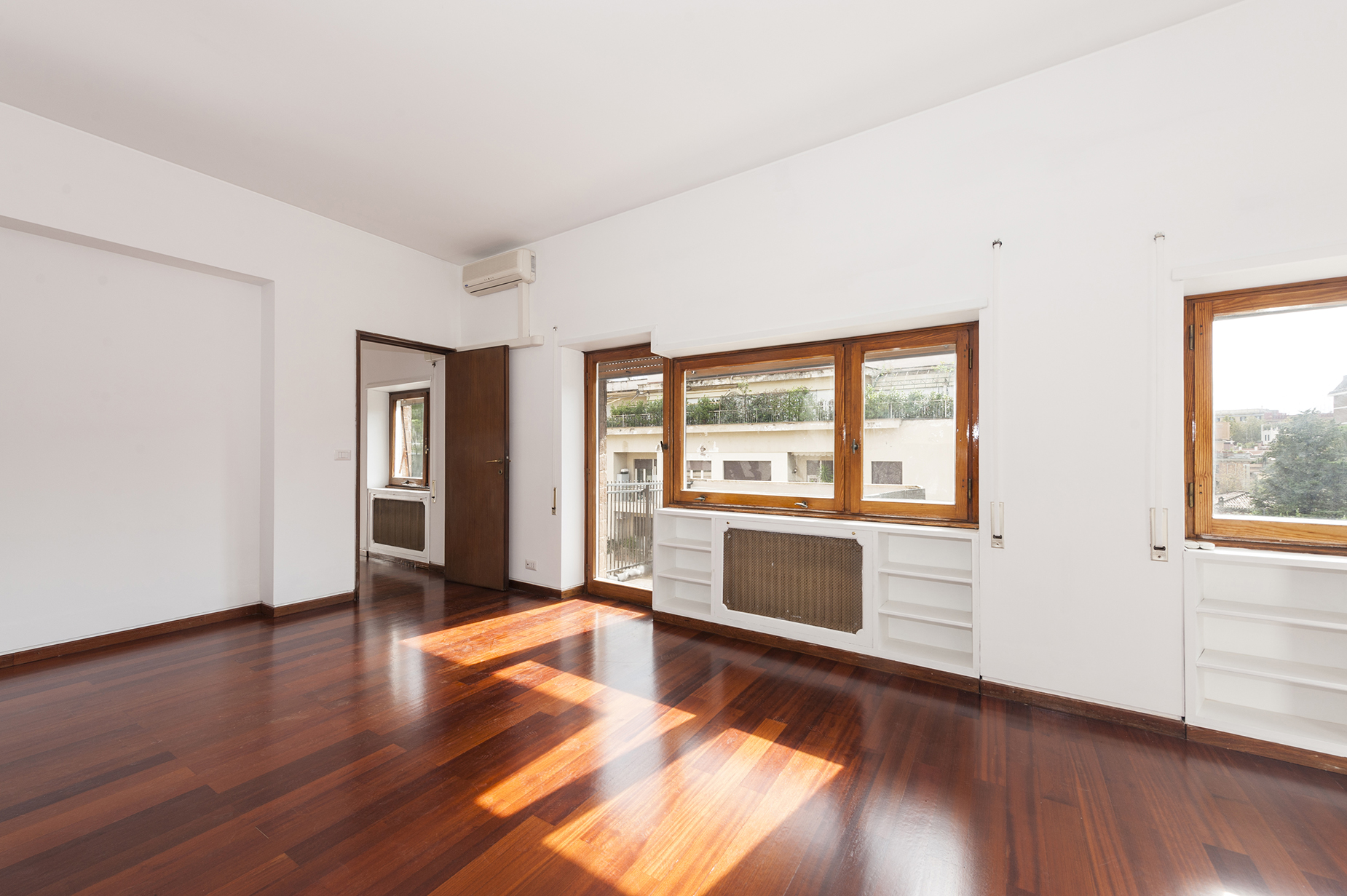 Additional photo for property listing at Bright apartment overlooking the green Viale Tiziano Rome, Rome 00195 Italie