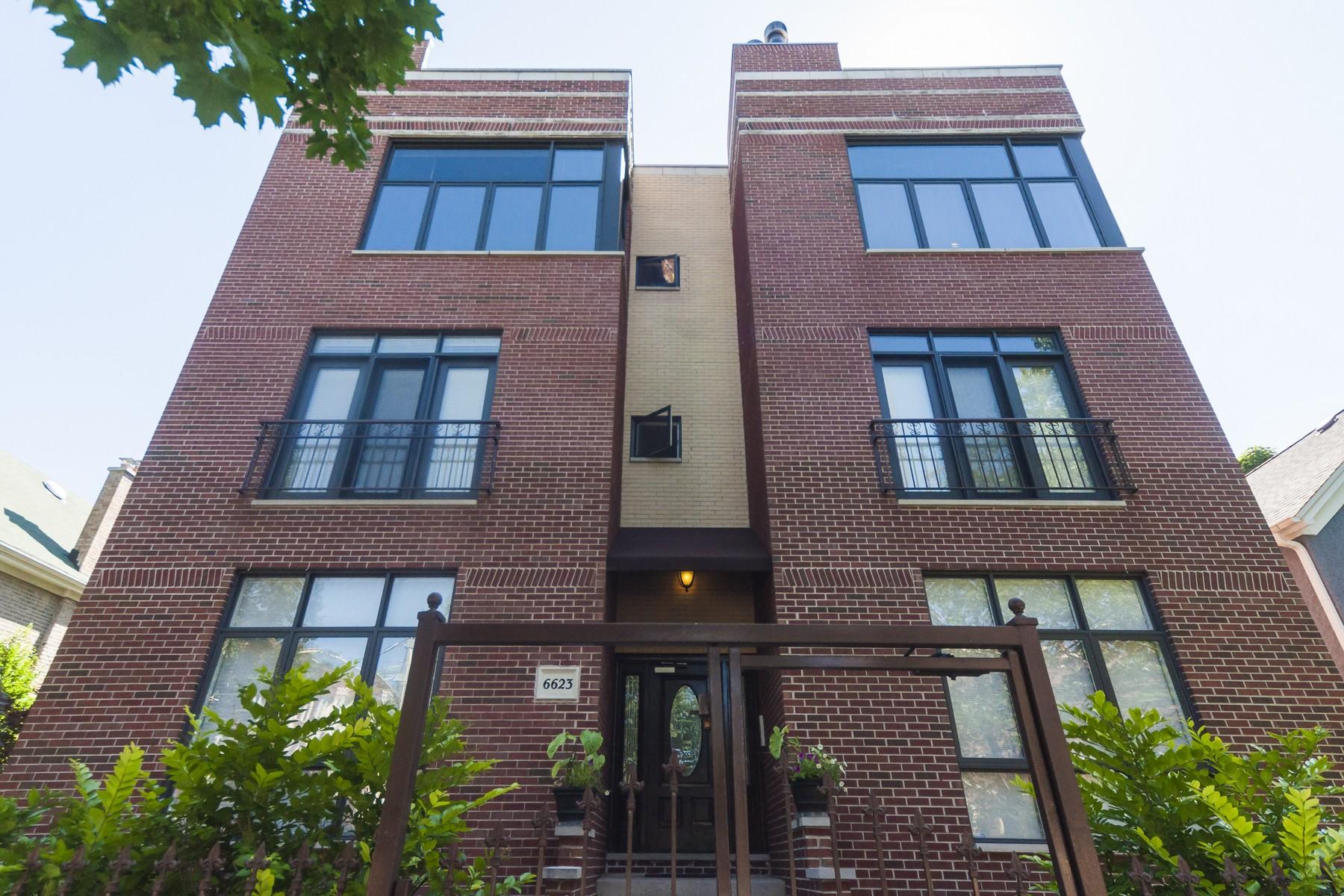 Appartement en copropriété pour l Vente à Fabulous Two Bedroom, Two Bath Unit With All The Amenities 6623 N Greenview Avenue Unit 3S Chicago, Illinois, 60626 États-Unis