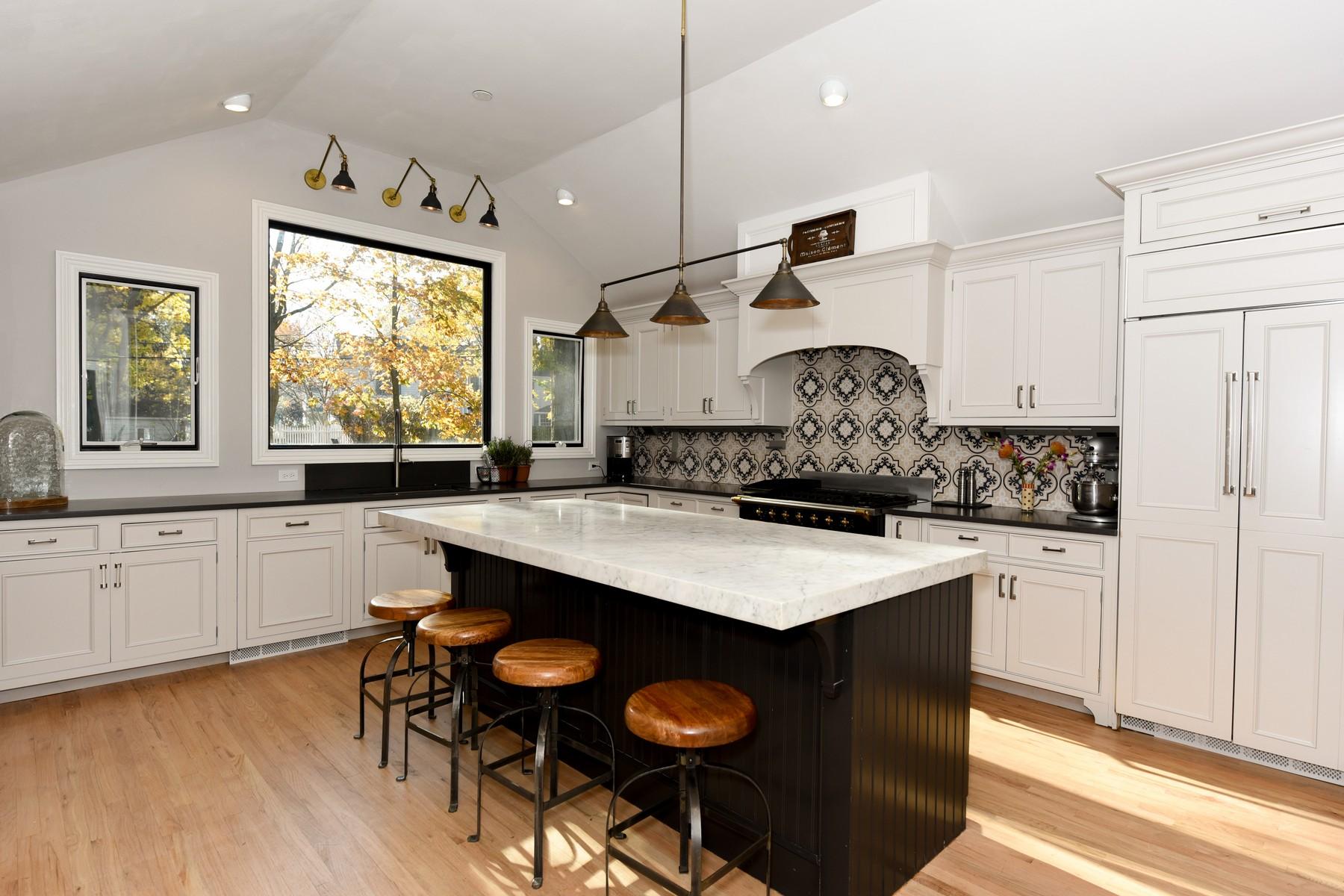 단독 가정 주택 용 매매 에 Premier Rumson Location 9 Robin Rd Rumson, 뉴저지, 07760 미국