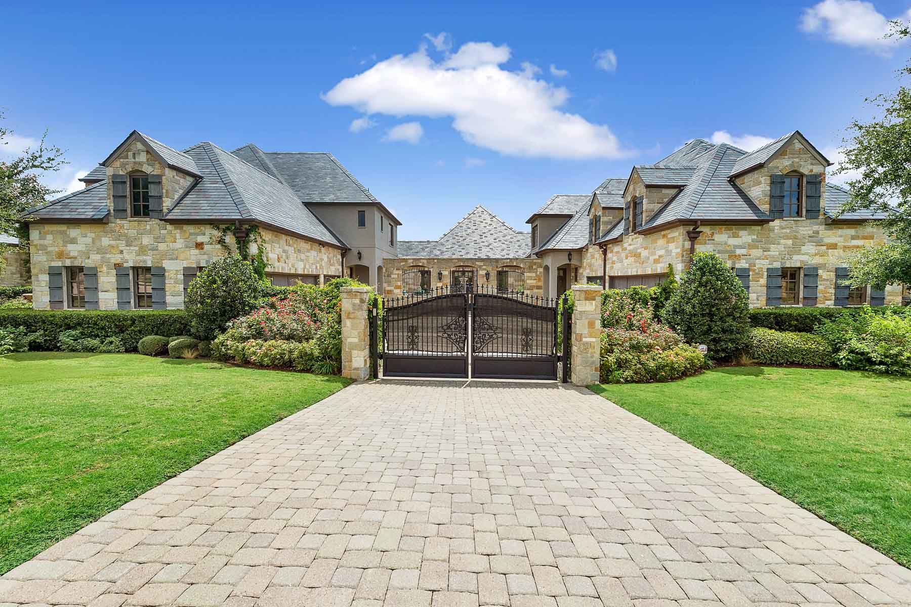 Maison unifamiliale pour l Vente à Gated Oasis in Montserrat 4649 Saint Laurent Court Fort Worth, Texas, 76126 États-Unis
