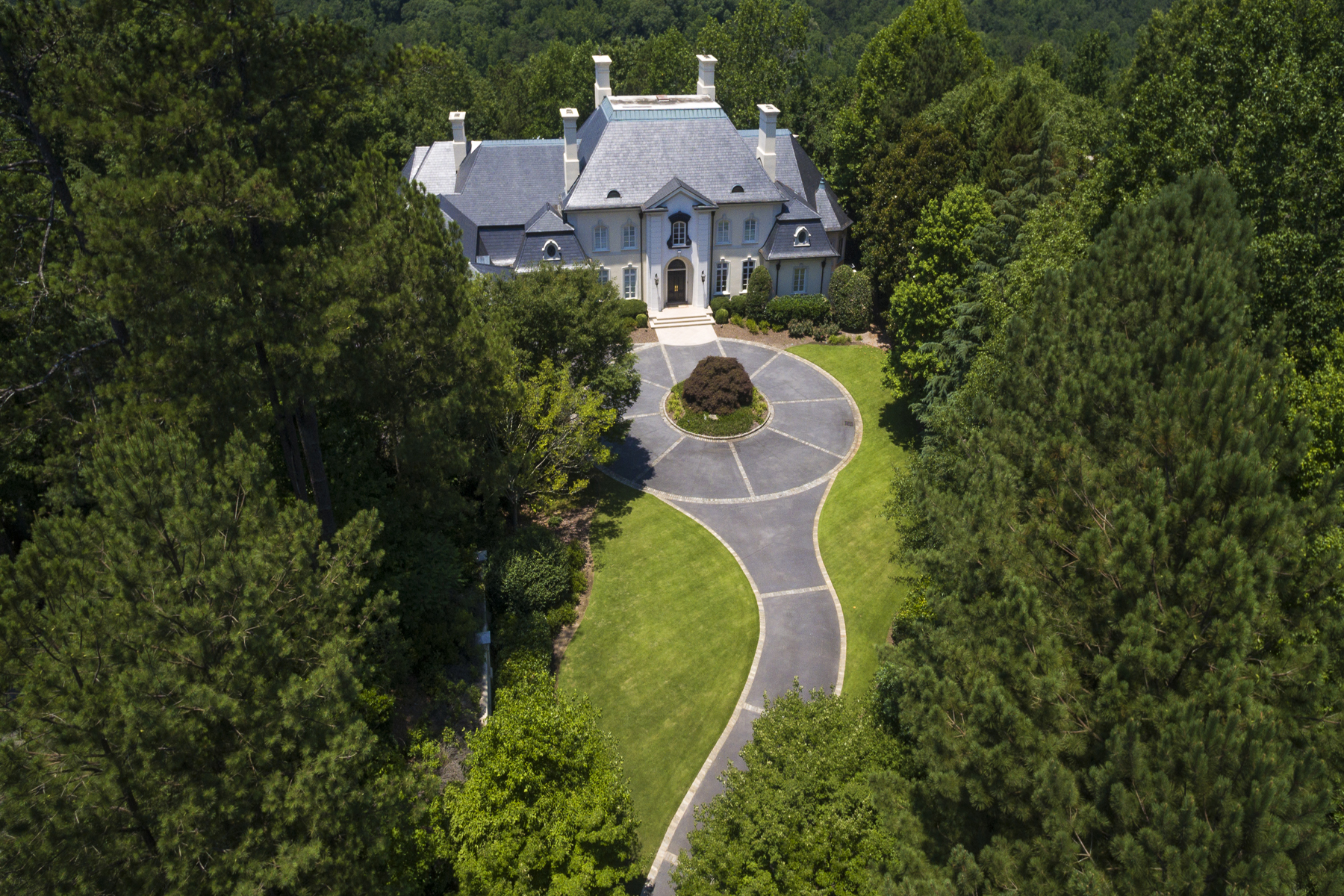 Casa para uma família para Venda às Fabulous Entertaining Home On Three Acres In Premier Guard Gated Community 125 Wilderbluff Court Sandy Springs, Geórgia, 30328 Estados Unidos