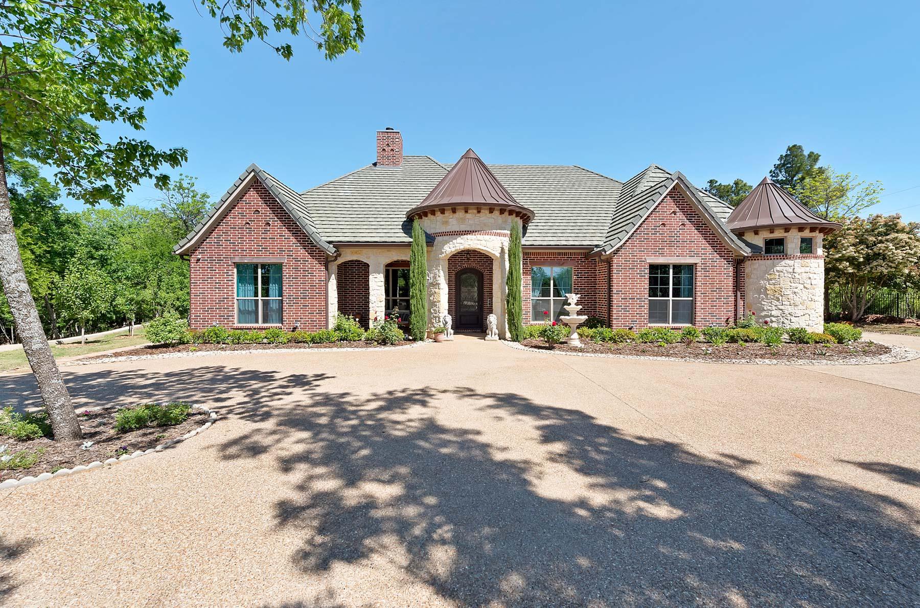 Villa per Vendita alle ore Exquisite one story situated on an acre of pristine country property 2021 Briar Hill Lane Argyle, Texas, 76226 Stati Uniti