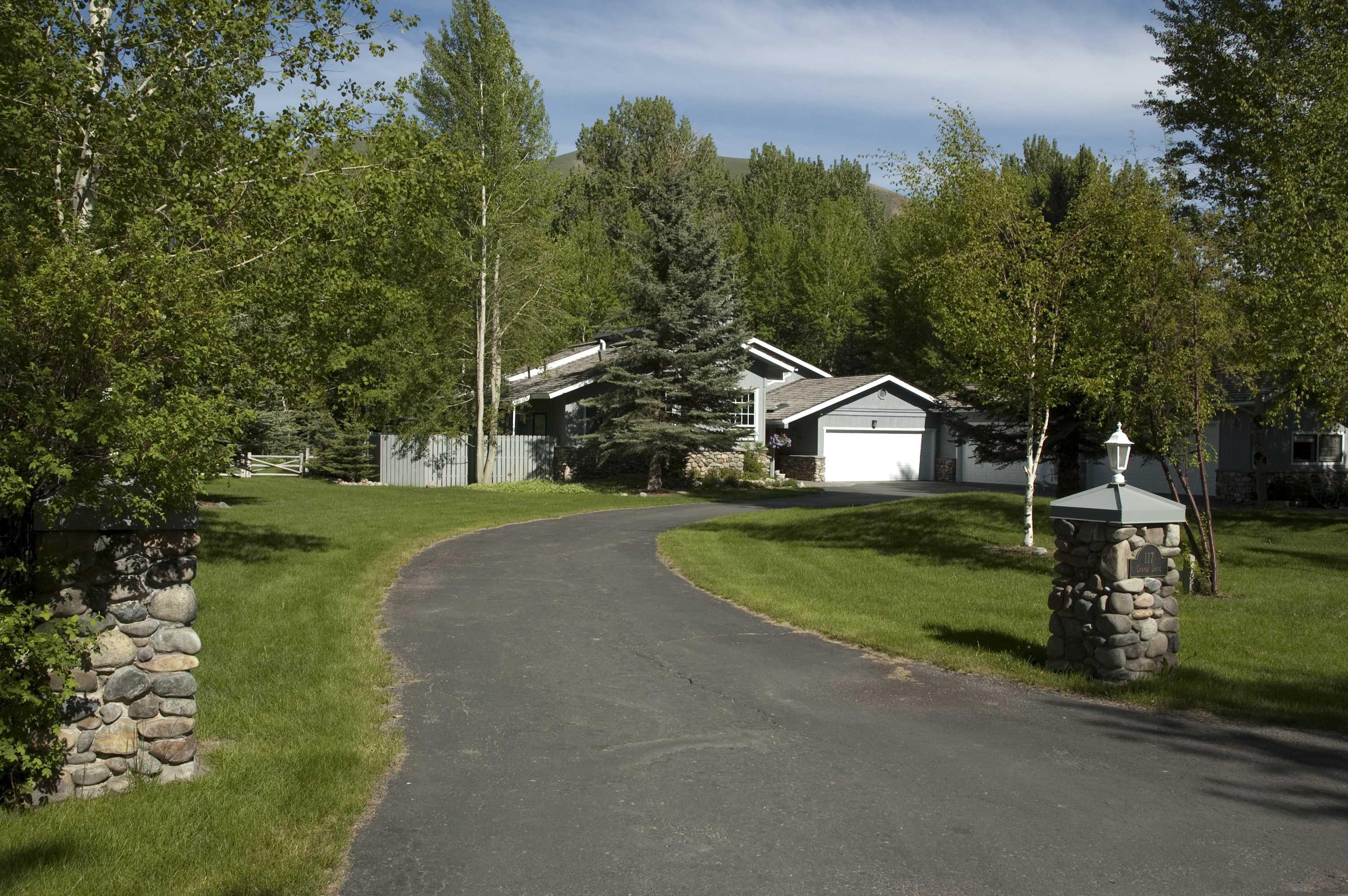 Nhà ở một gia đình vì Bán tại Backyard Putting Green 117 Canyon Drive Mid Valley, Ketchum, Idaho 83340 Hoa Kỳ