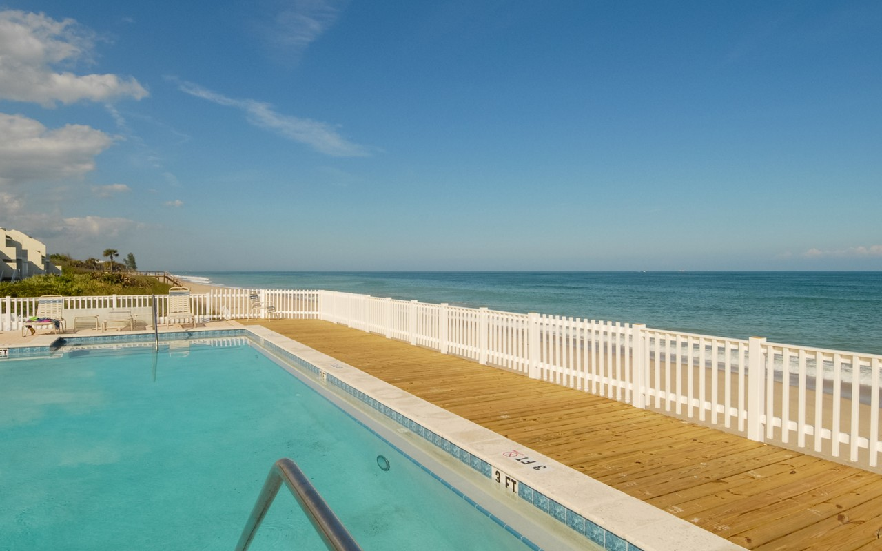 Otras residenciales por un Venta en Stunning Oceanfront Condo in Baytree 8444 Oceanside Drive #D11 Vero Beach, Florida, 32963 Estados Unidos
