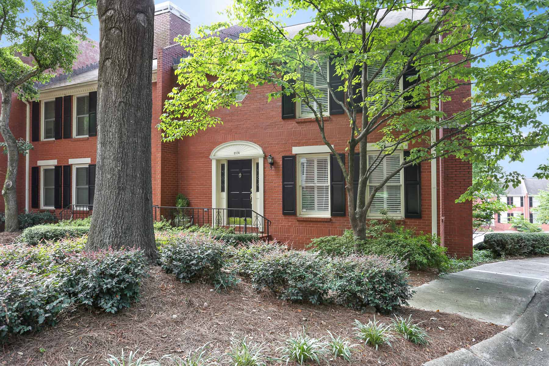 联栋屋 为 销售 在 Tastefully renovated traditional end unit townhome in stellar location. 2004 Defoors Mill Drive NW Atlanta, 乔治亚州 30318 美国
