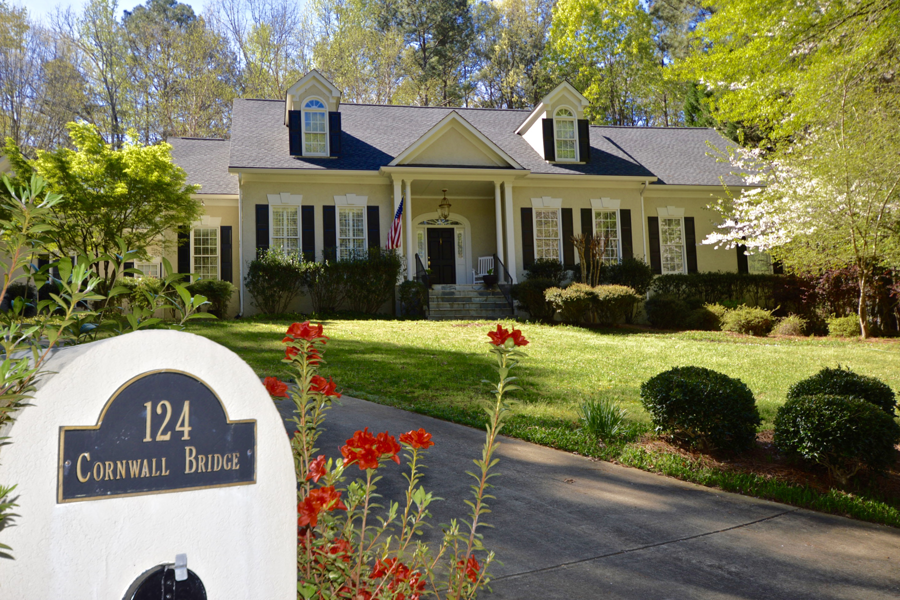 Casa para uma família para Venda às Beautiful Stoney Brook Showplace With Master And Guest Suite On Main 124 Cornwall Bridge Peachtree City, Geórgia, 30269 Estados Unidos