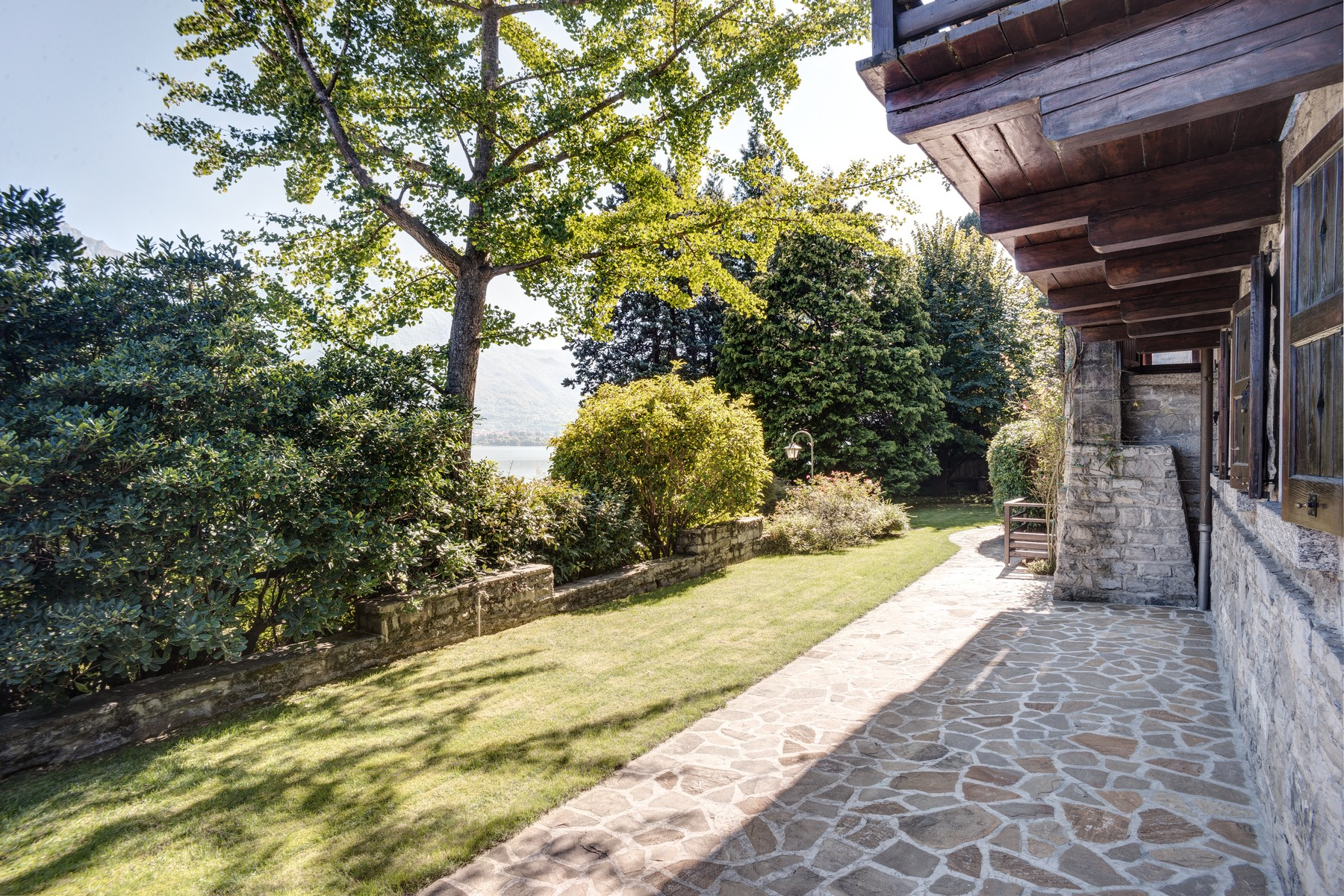 Additional photo for property listing at Magnificent property pieds dans l'eau Via Cadorna Oliveto Lario, Lecco 23865 Italia