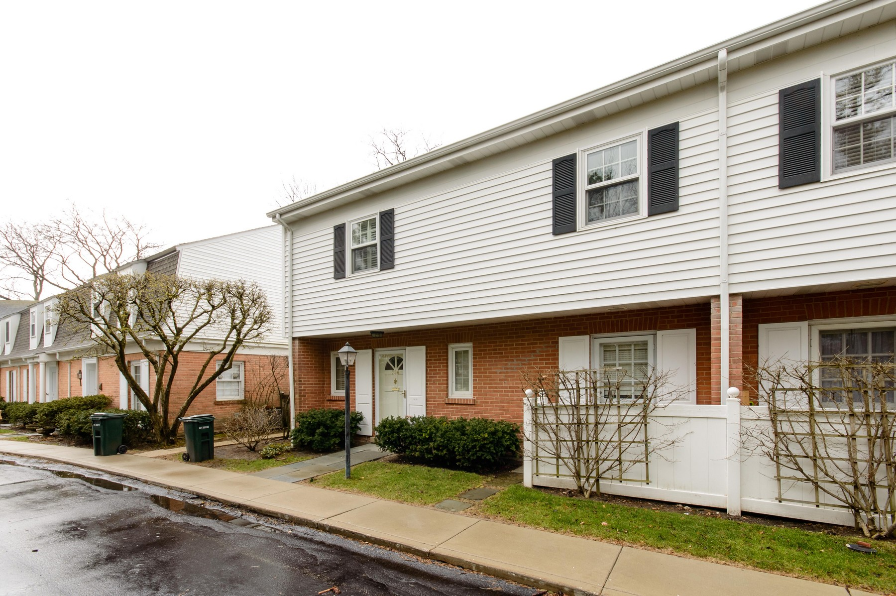 Single Family Home for Sale at Stunning Two-Level Townhome 736 Oak Street Winnetka, Illinois, 60093 United States