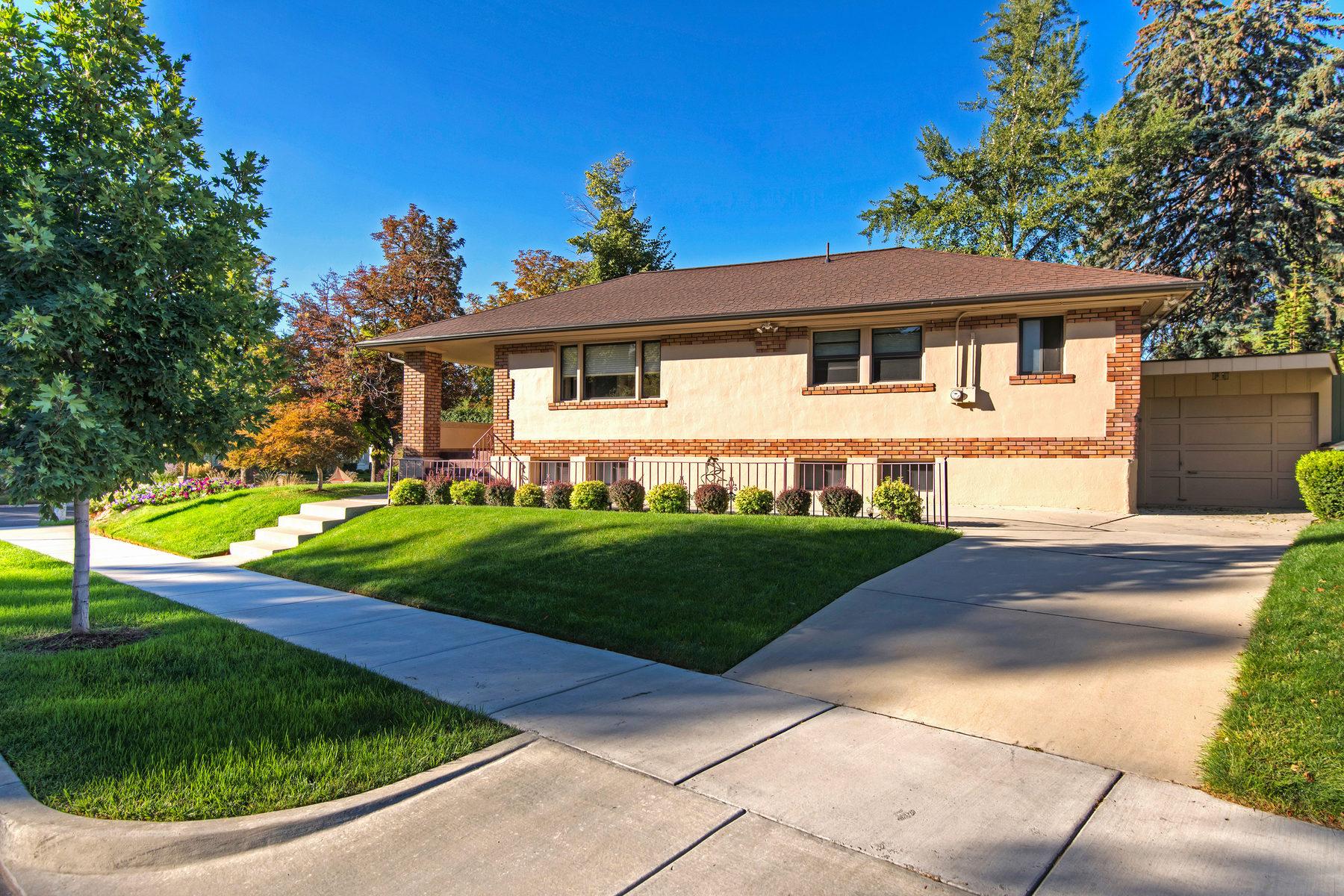 Maison unifamiliale pour l Vente à Charming Bungalow 948 S Greenwood Terrace Salt Lake City, Utah 84105 États-Unis