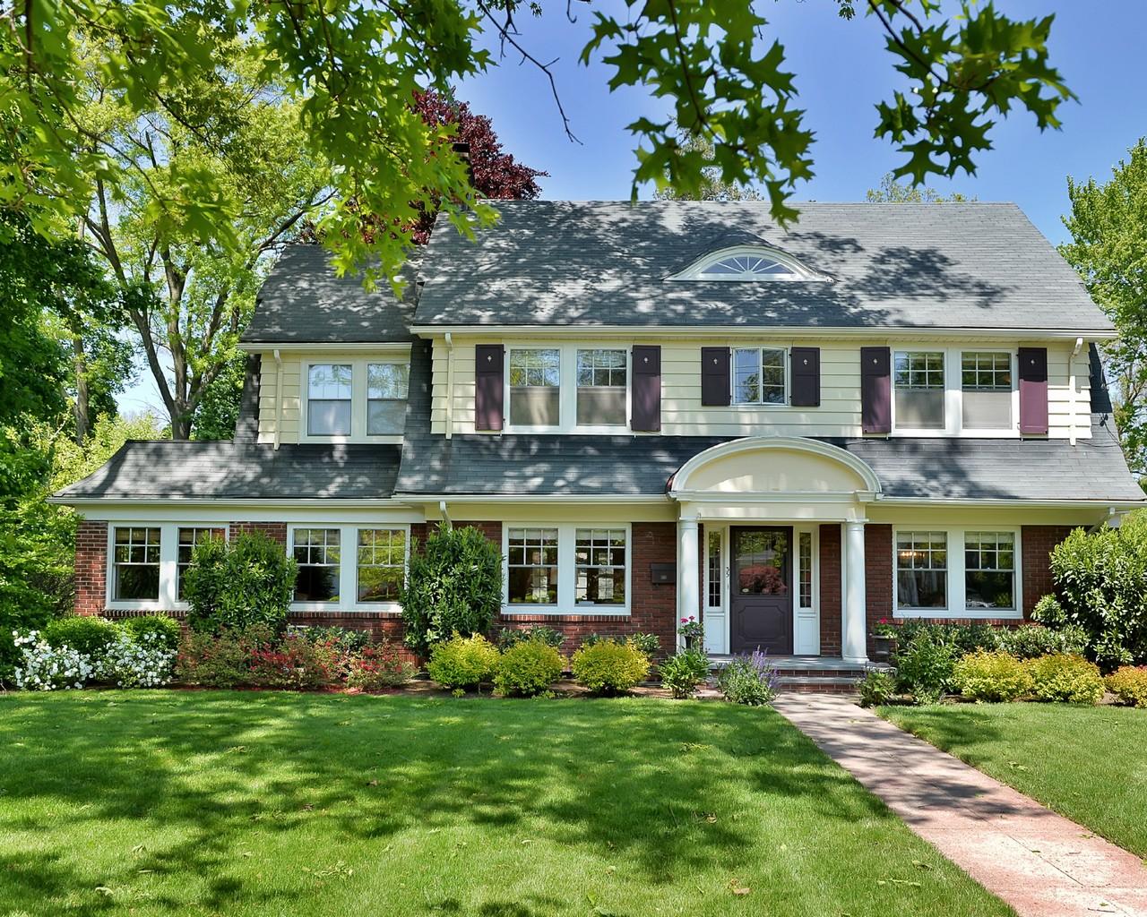 Maison unifamiliale pour l Vente à Spacious and Gracious Colonial 35 Elston Road Montclair, New Jersey, 07043 États-Unis