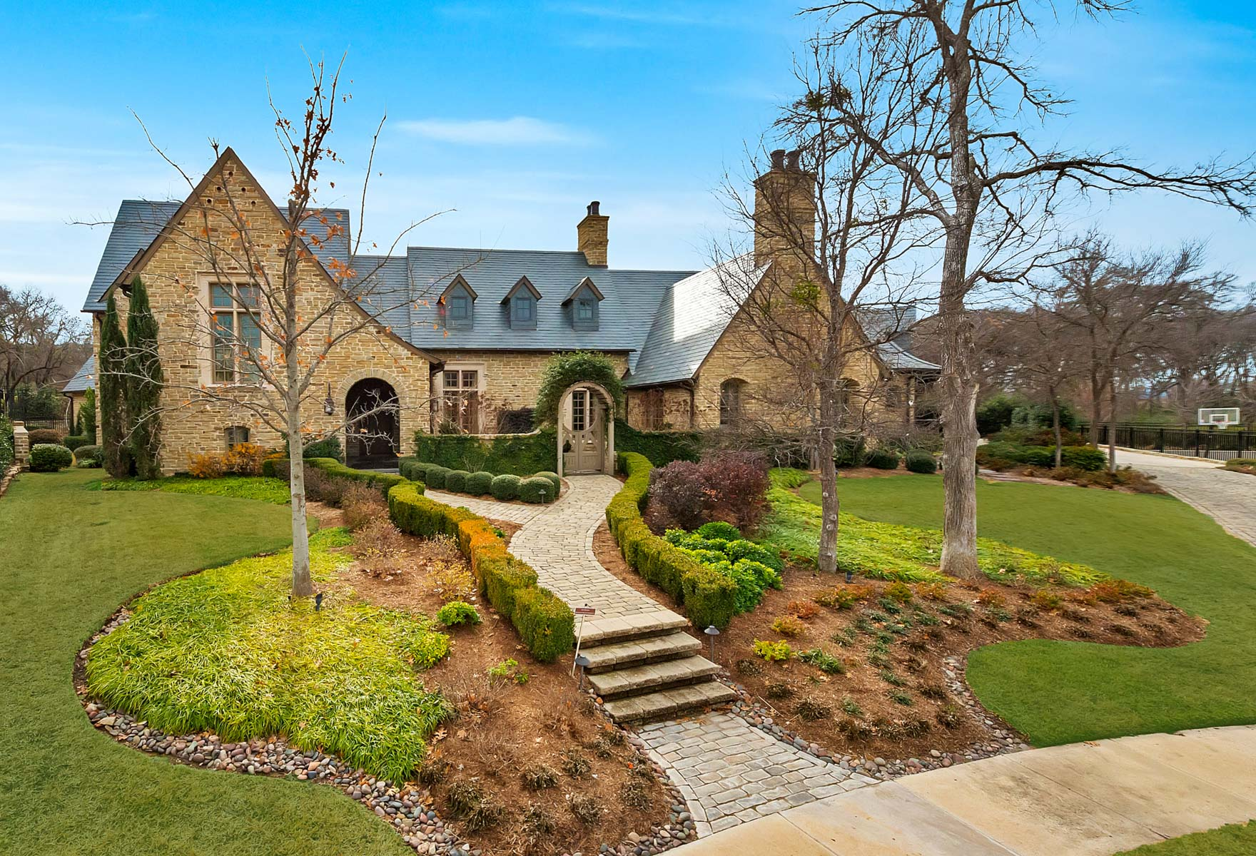 獨棟家庭住宅 為 出售 在 Stunning Two-Story English Cotswold Manor 3640 Middlewood Drive Fort Worth, 德克薩斯州, 76109 美國