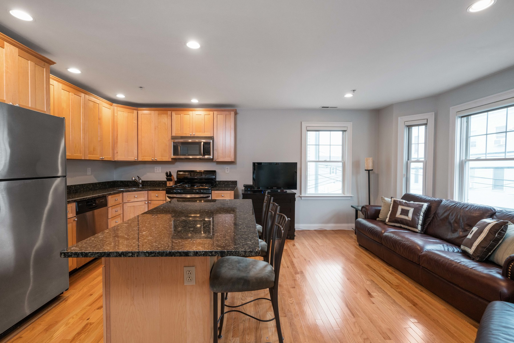 Copropriété pour l Vente à City living made easy! Bright and sunny condo with private parking and outdoor s 134-136 West 9th St - Unit 4 Boston, Massachusetts, 02127 États-Unis