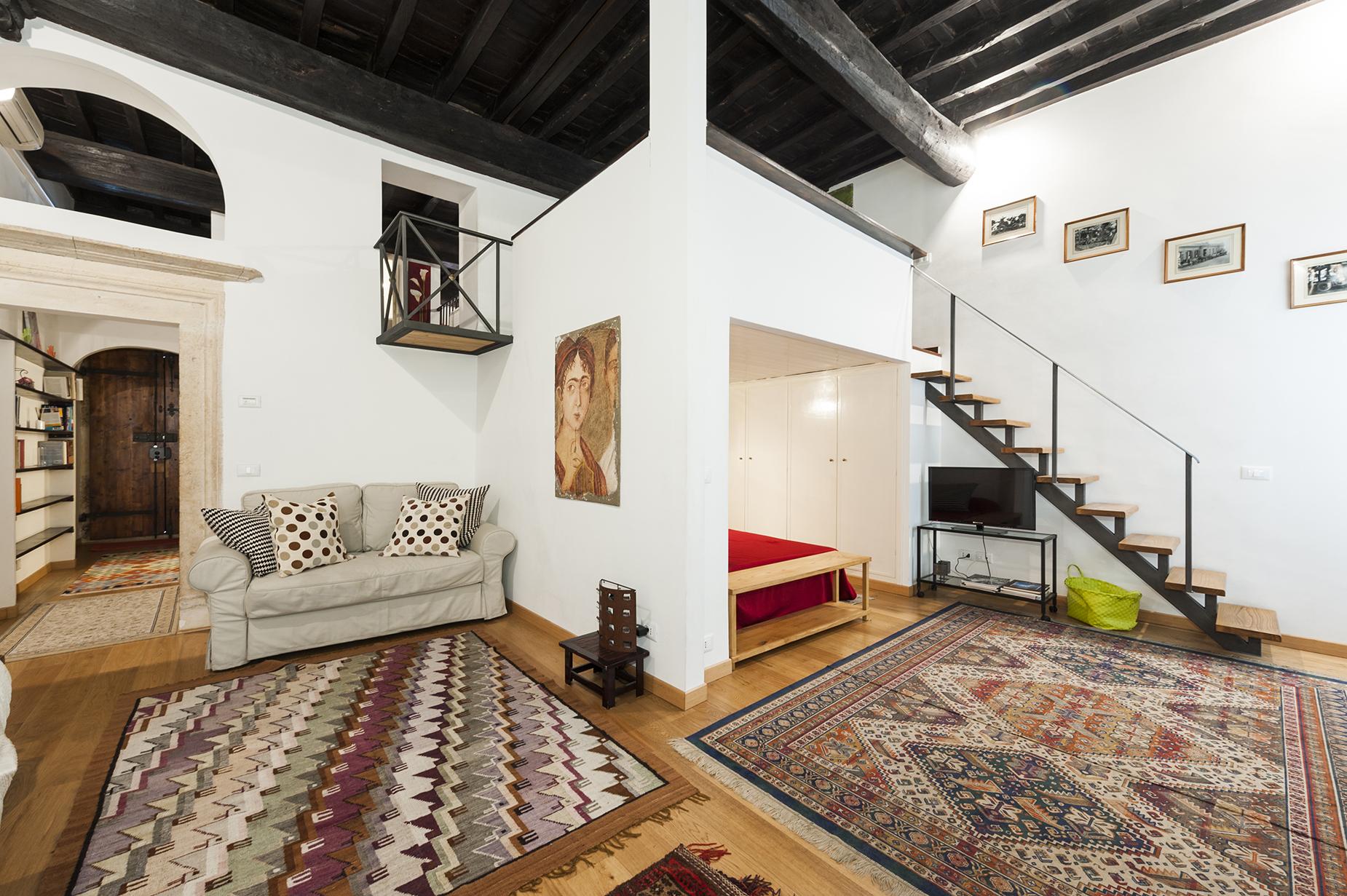 Apartamento por un Venta en Charming apartment near Piazza Farnese Vicolo delle Grotte Rome, Roma 00186 Italia