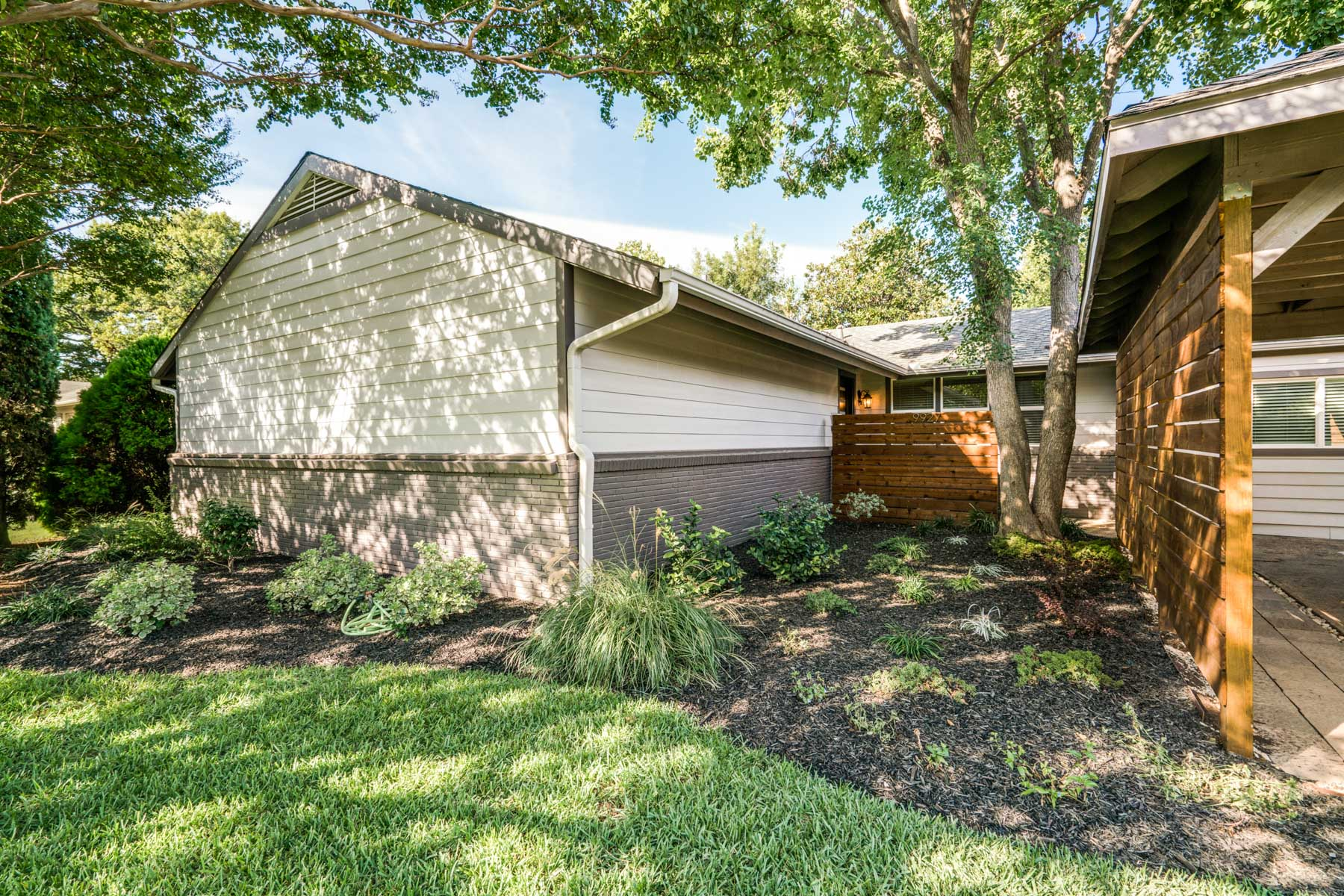 Casa para uma família para Venda às Midway Hollow Traditional 9927 Lenel Place Dallas, Texas, 75220 Estados Unidos