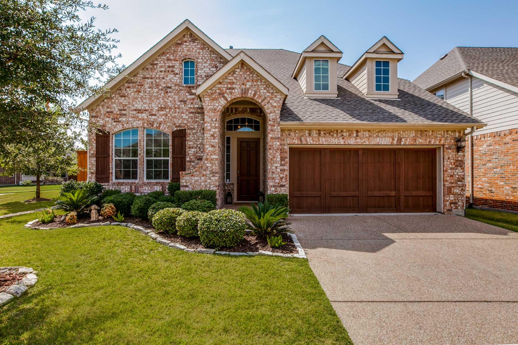 Casa para uma família para Venda às Traditional Gated Community 11311 Goddard Court Dallas, Texas, 75218 Estados Unidos