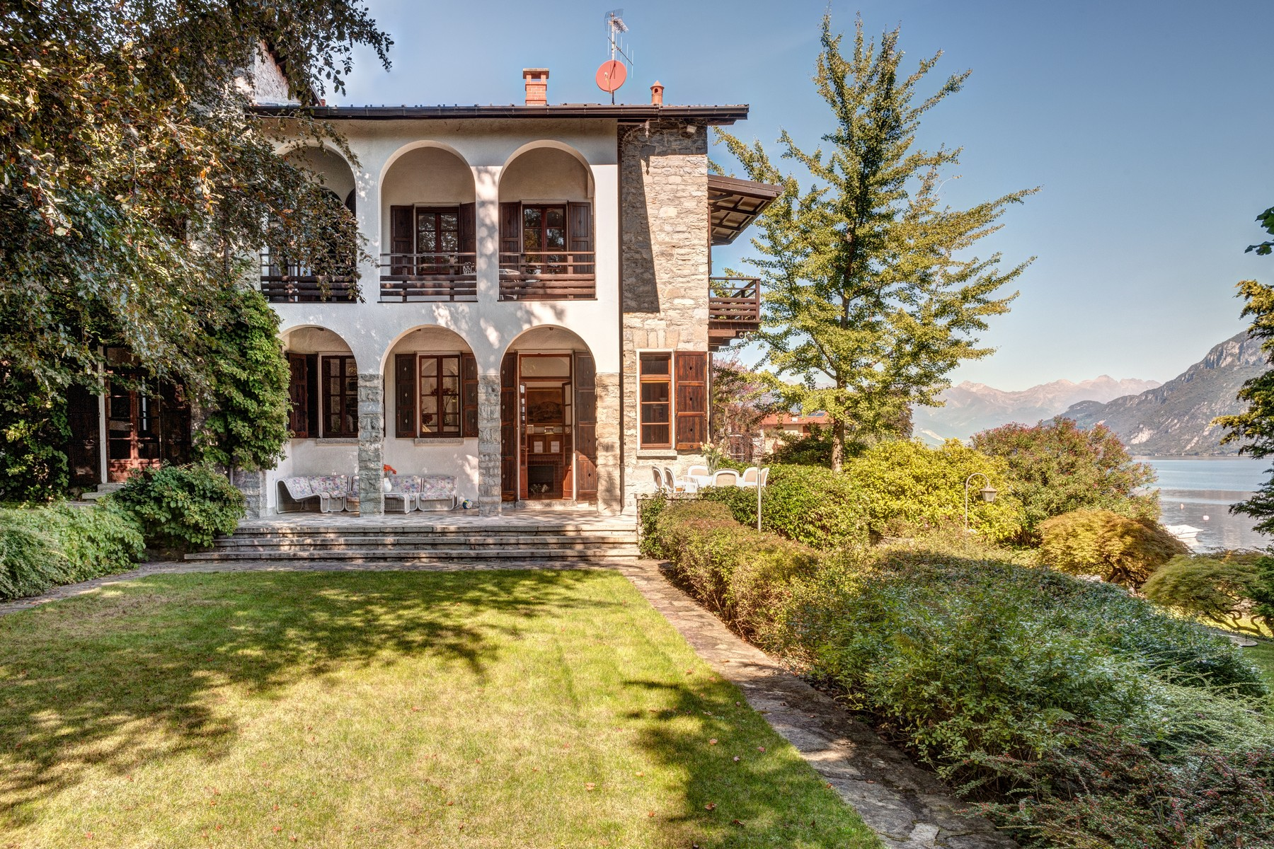 Additional photo for property listing at Magnificent property pieds dans l'eau Via Cadorna Oliveto Lario, Lecco 23865 Italien