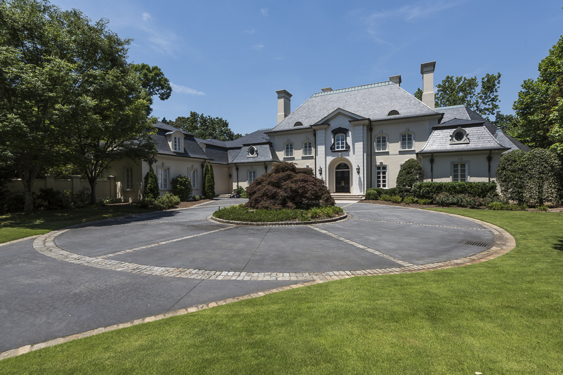 一戸建て のために 売買 アット Fabulous Entertaining Home On Three Acres In Premier Guard Gated Community 125 Wilderbluff Court Sandy Springs, ジョージア 30328 アメリカ合衆国