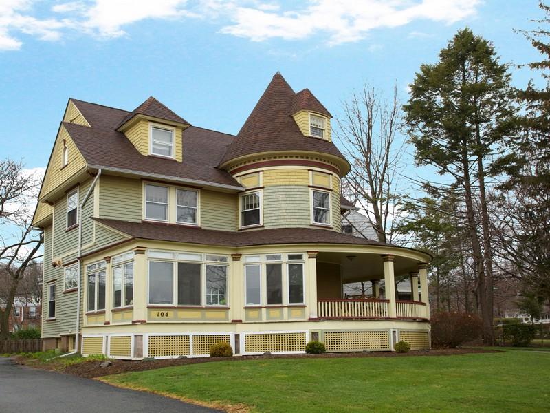 Moradia Multi-familiar para Venda às Restored Queen Anne Victorian 104 Valley Road Montclair, Nova Jersey 07042 Estados Unidos