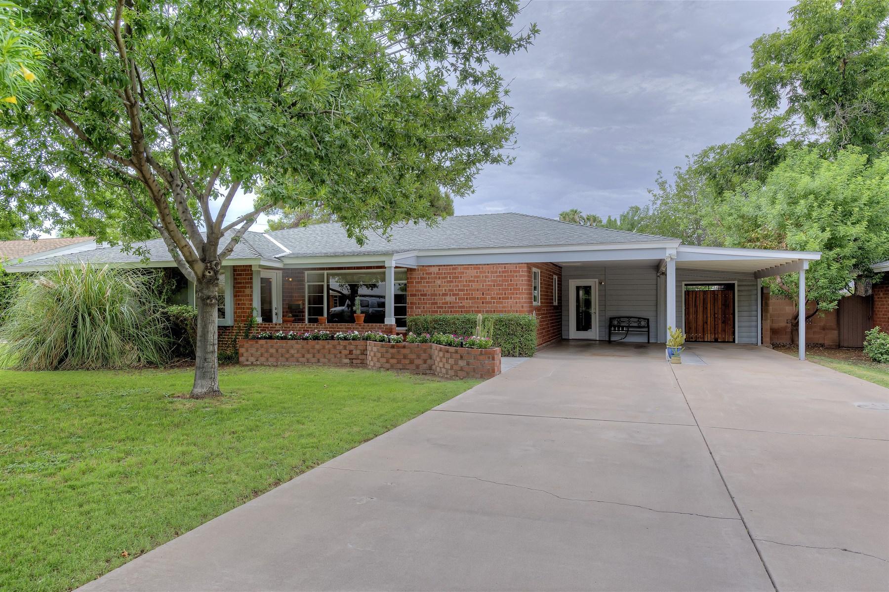 Casa para uma família para Venda às Beautifully remodeled red brick Arcadia home. 4231 E PINCHOT AVE Phoenix, Arizona 85018 Estados Unidos