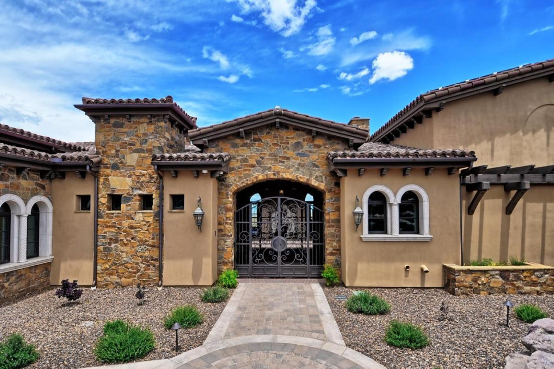 Vivienda unifamiliar por un Venta en Gorgeous Tuscan Style Green Energy Efficient residence. 3350 Bar Circle A Rd Prescott, Arizona 86301 Estados Unidos