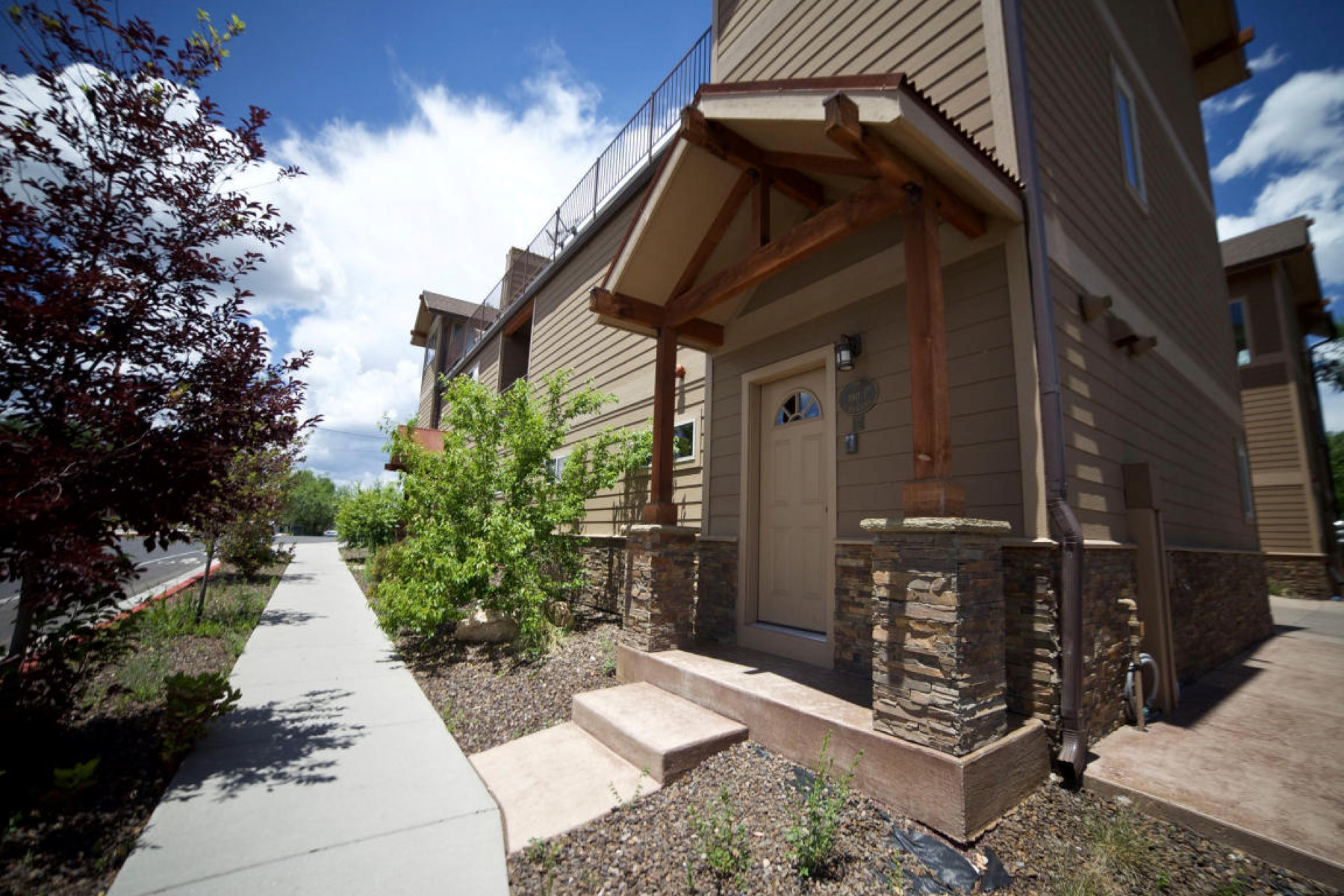Casa para uma família para Venda às Two spacious bedrooms, full bath and large master retreat with private balcony. 538 S Fountaine ST 1 Flagstaff, Arizona 86001 Estados Unidos