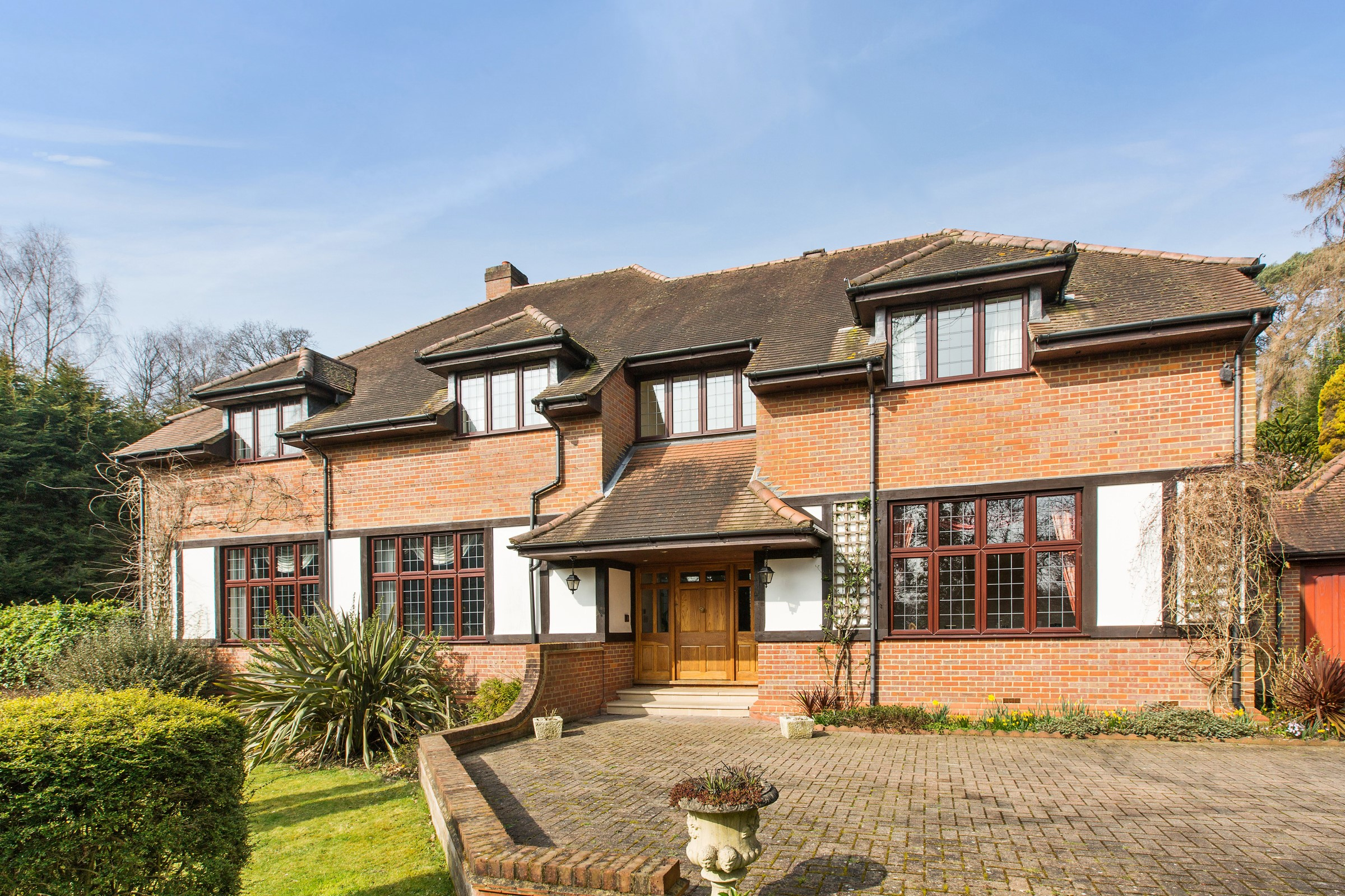 独户住宅 为 销售 在 Prestigious St Georges Hill Estate St George's Hill Weybridge 惠桥, 英格兰, KT130NP 英国